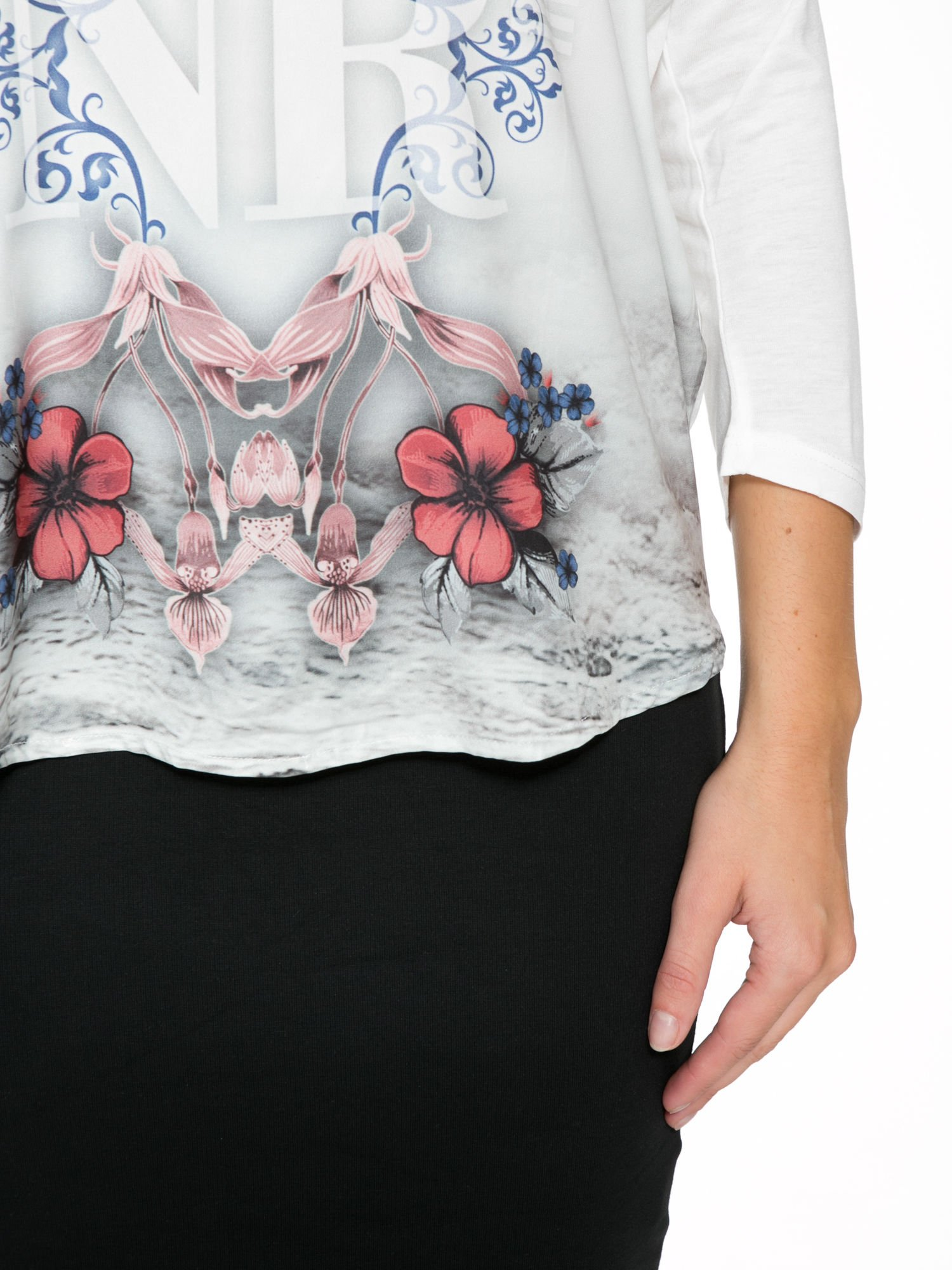 Biała bluzka z kwiatowym ornamentem i rękawami 3/4                                  zdj.                                  7