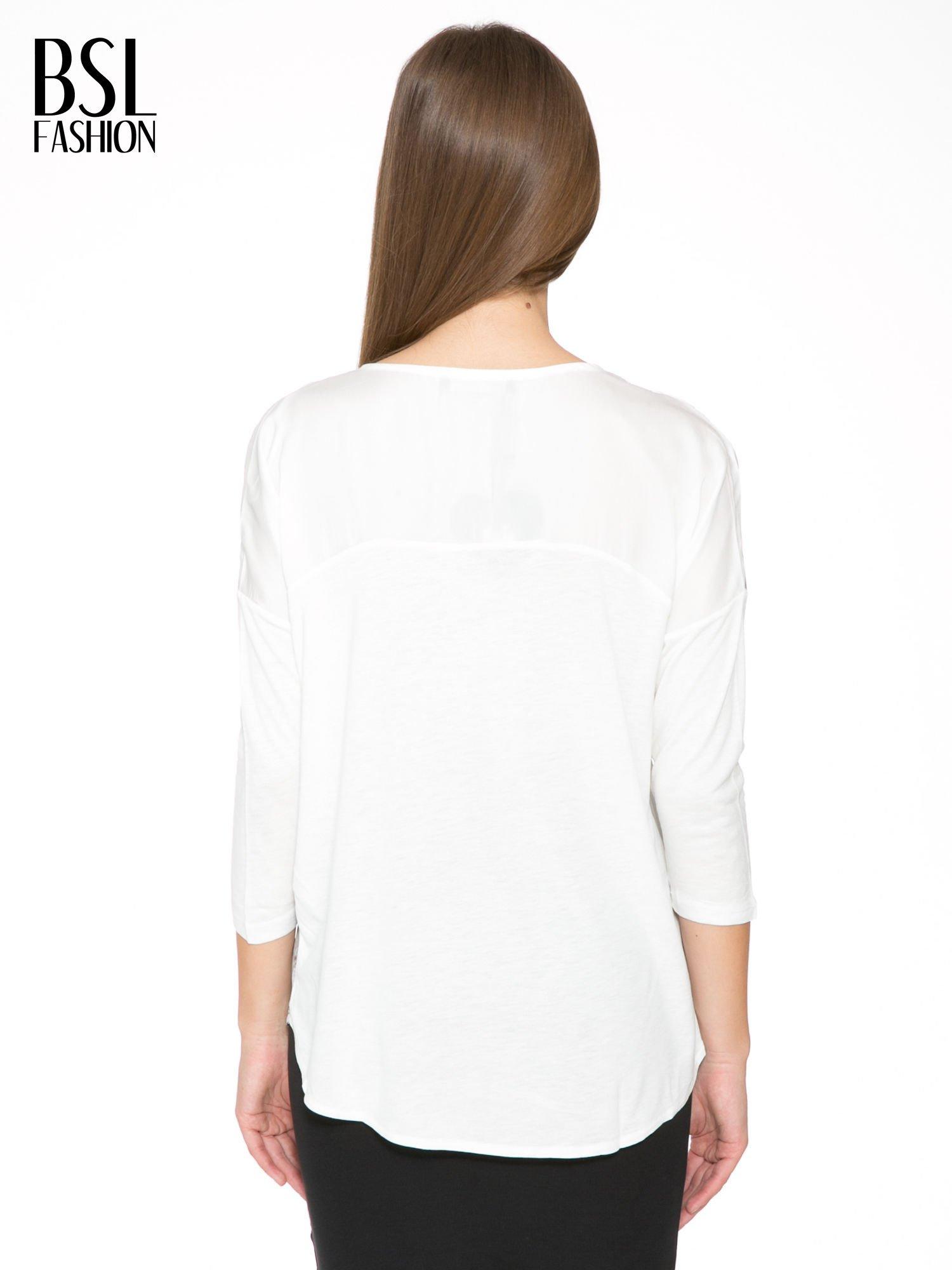 Biała bluzka z kwiatowym ornamentem i rękawami 3/4                                  zdj.                                  4