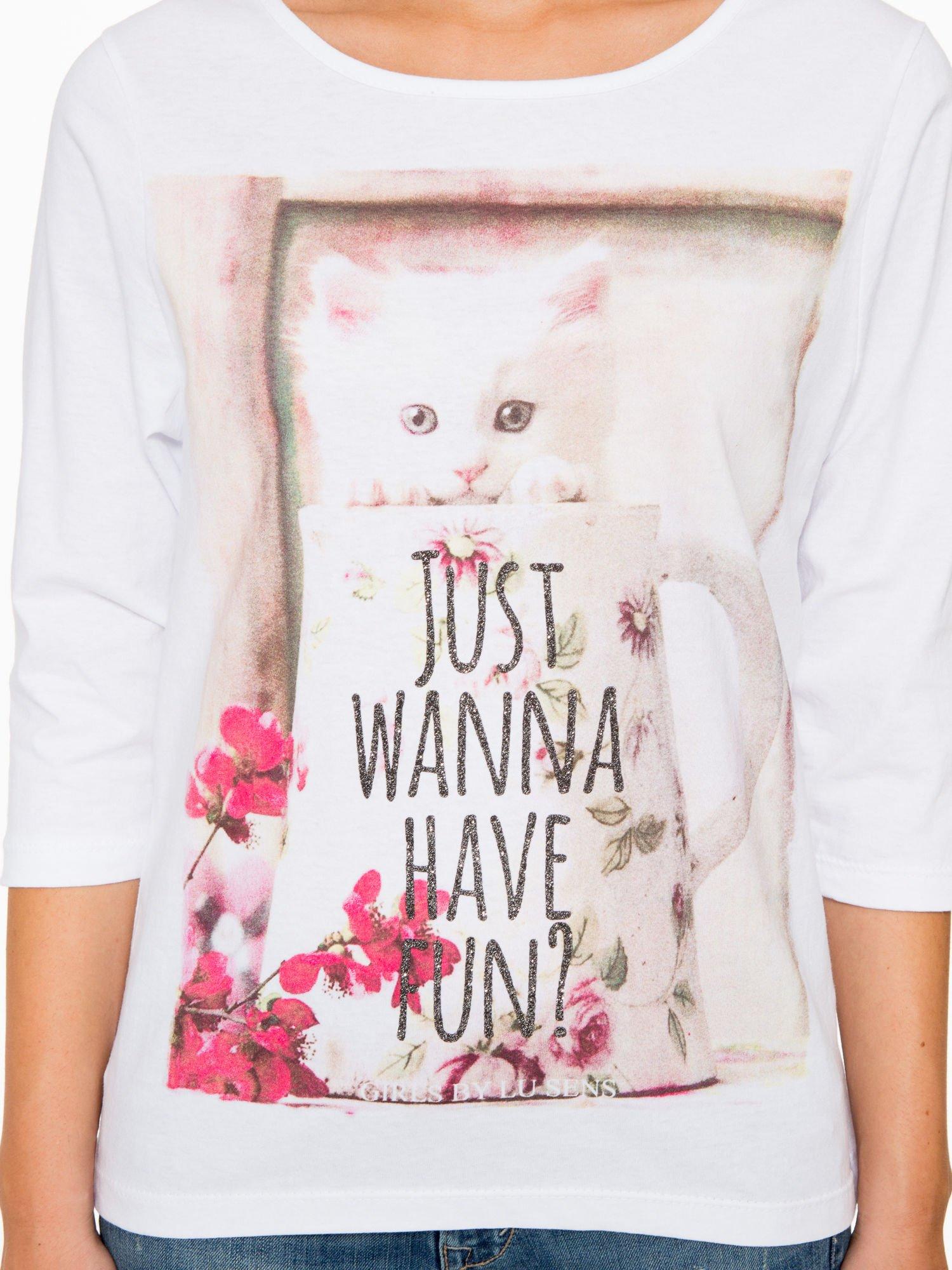 Biała bluzka z nadrukiem kotka i napisem JUST WANNA HAVE FUN?                                  zdj.                                  7