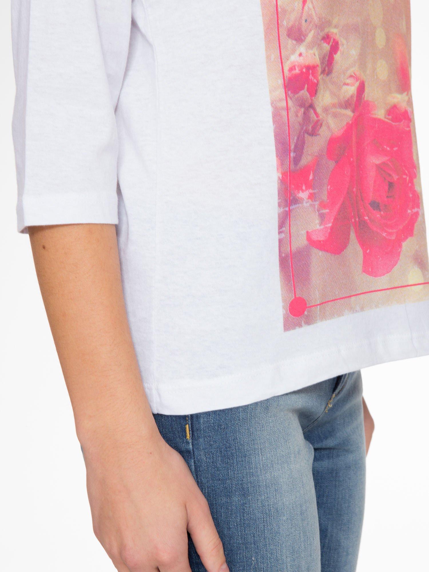 Biała bluzka z nadrukiem róży i napisem BELIEVE                                  zdj.                                  6