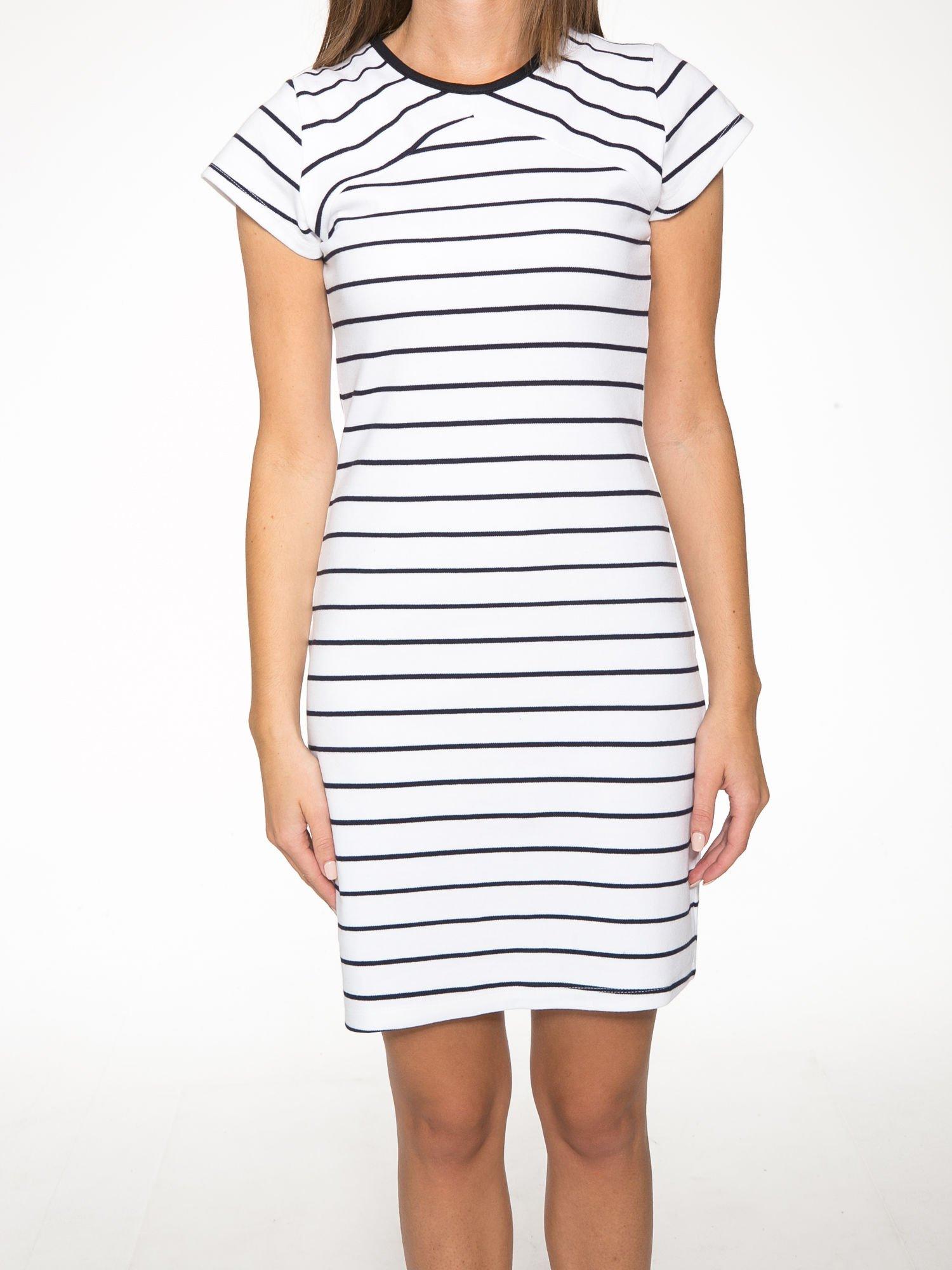 Biała dopasowana sukienka w paski z rozporkiem na dole                                  zdj.                                  8