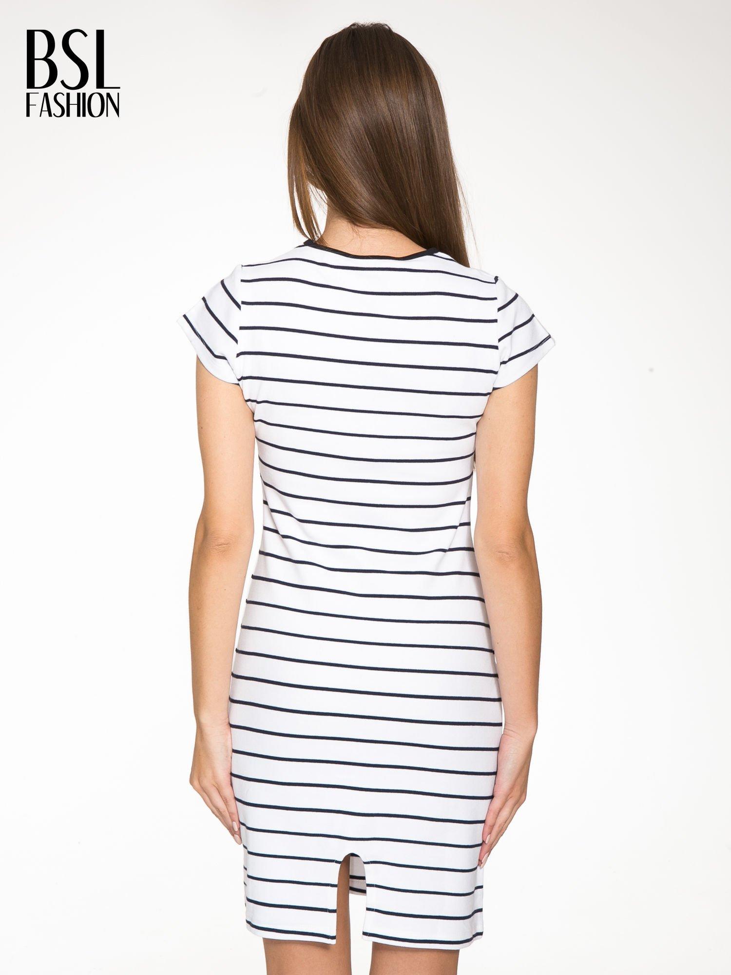 Biała dopasowana sukienka w paski z rozporkiem na dole                                  zdj.                                  4