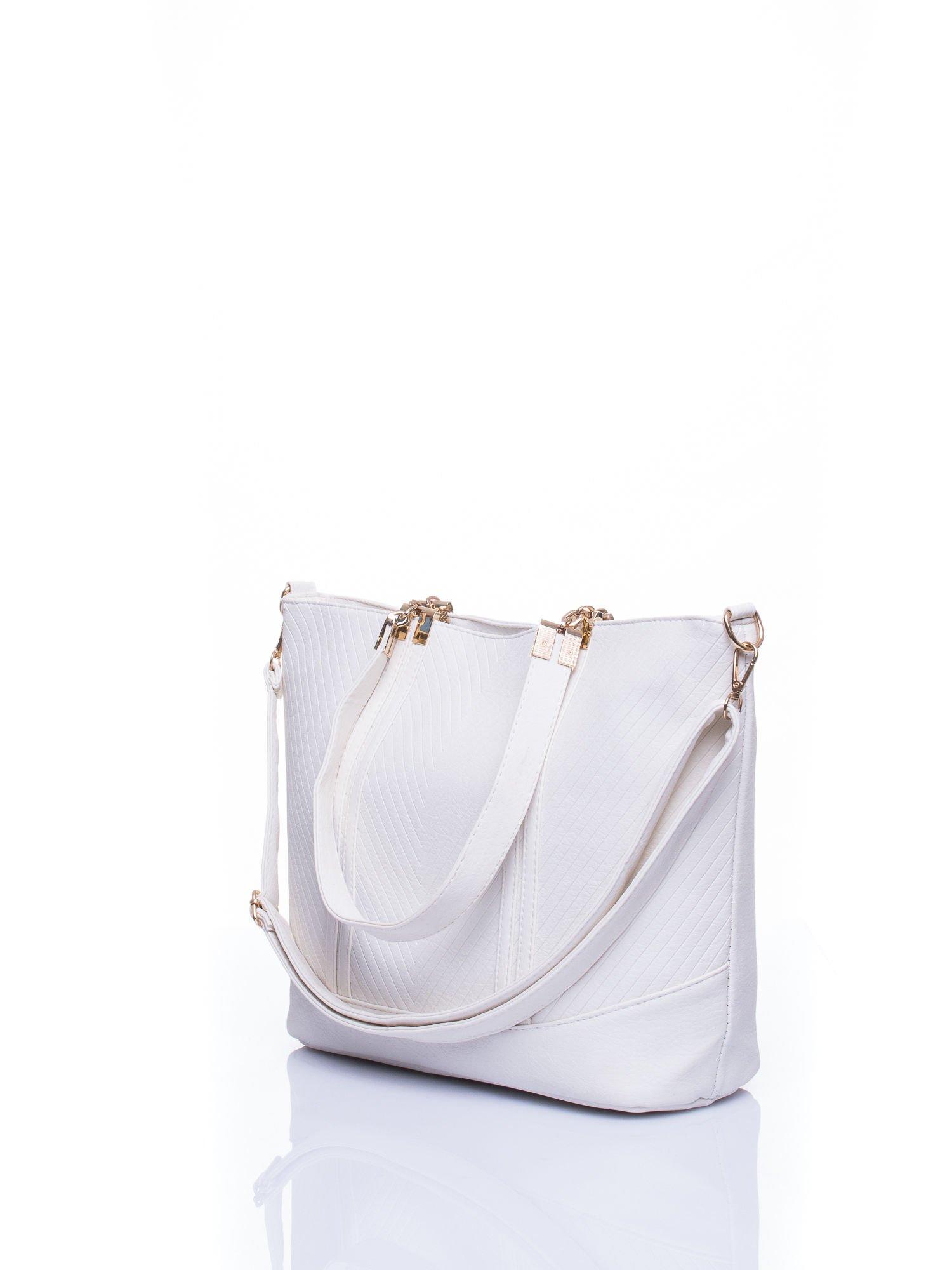 Biała fakturowana torebka damska ze złotymi okuciami                                  zdj.                                  4