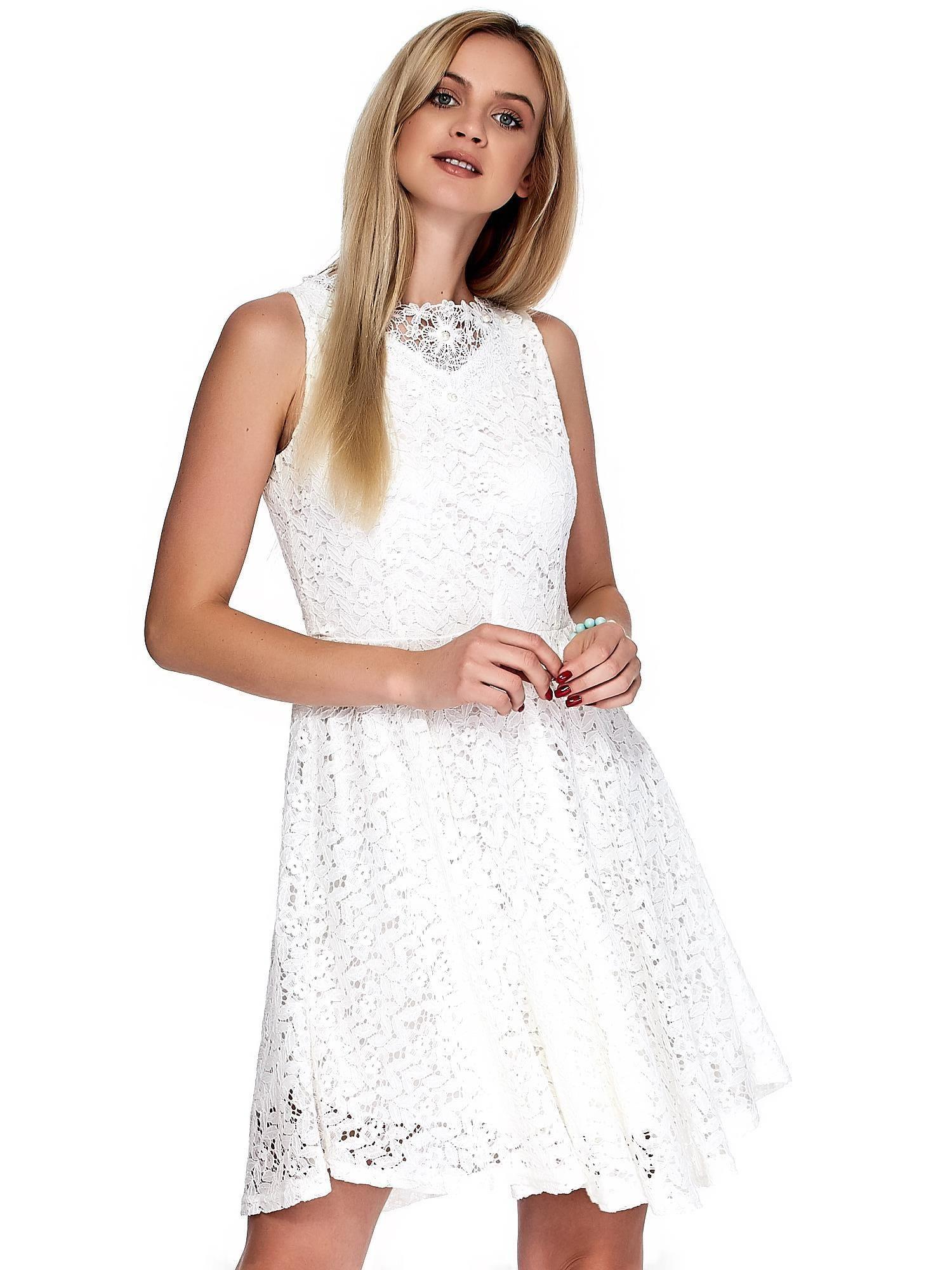 07d7fa935b 2 · Biała koronkowa sukienka z perełkami i ozdobnym dekoltem z tyłu ...
