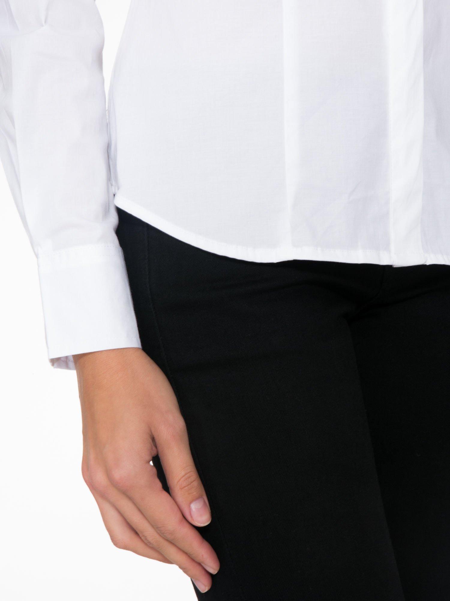 Biała koszula damska odcinana pod biustem z marszczeniem                                  zdj.                                  7