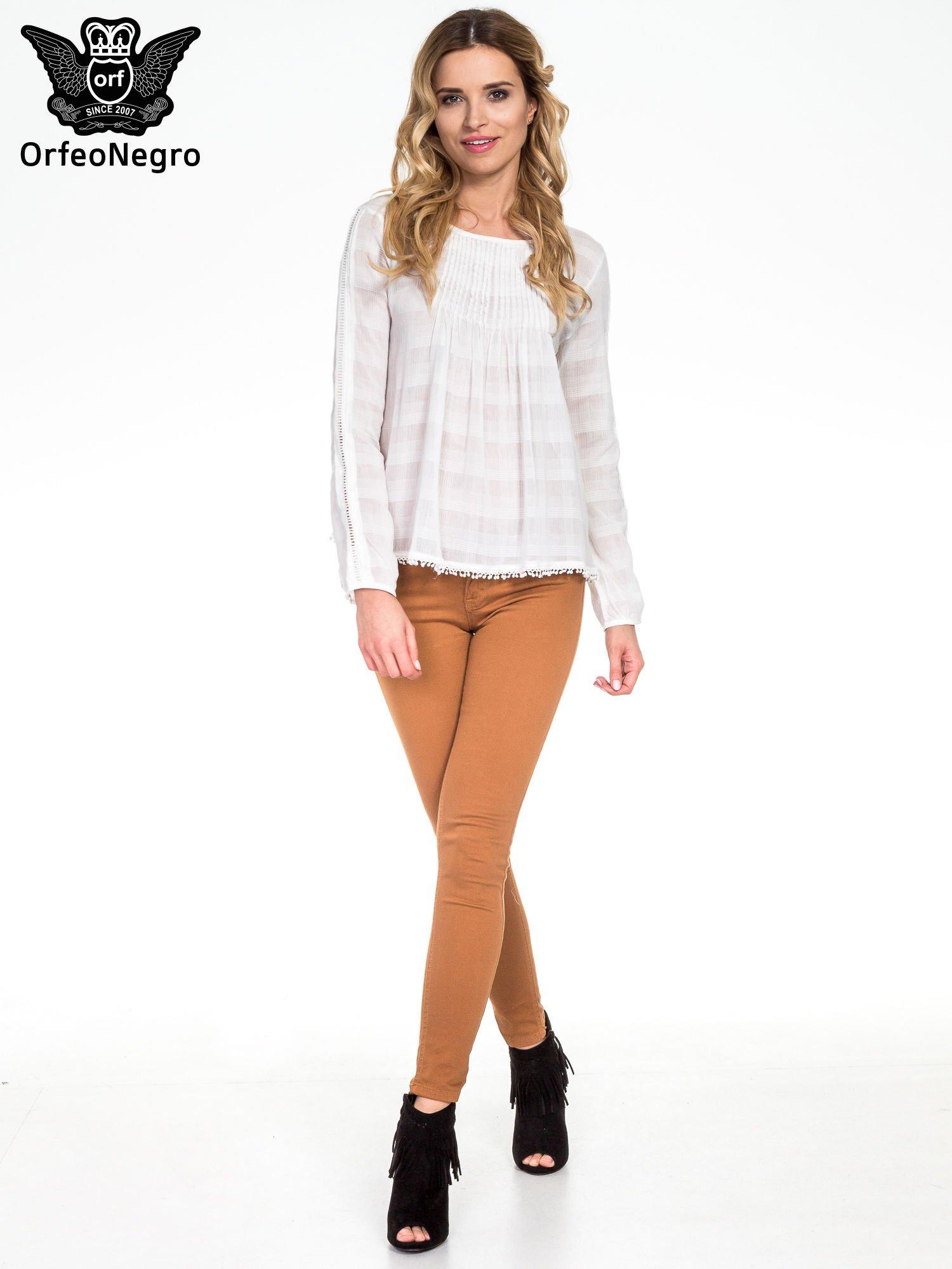 Biała koszula w kratę z ażurowaniem                                  zdj.                                  8