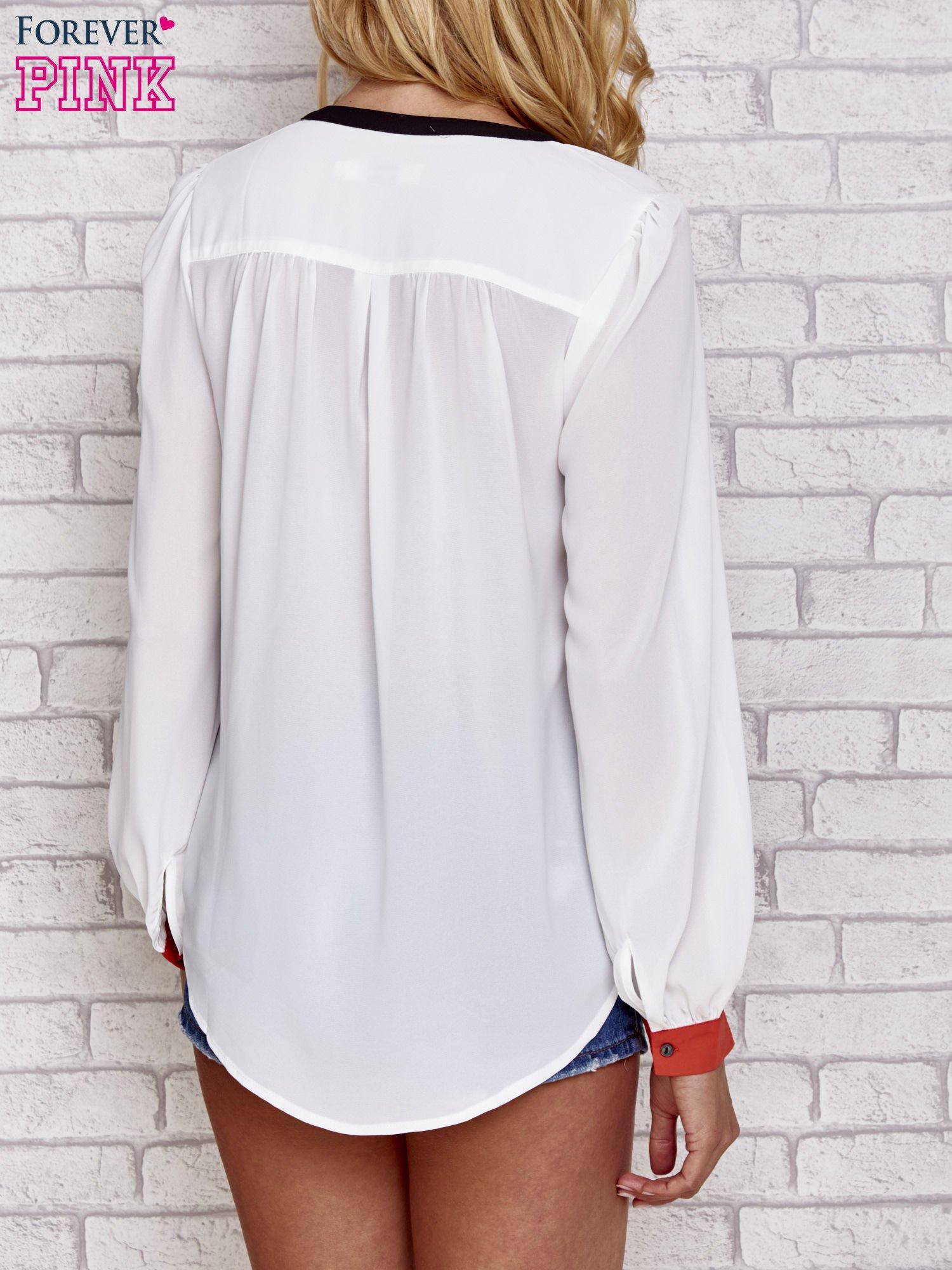 Biała koszula z kontrastową kieszenią i mankietami                                  zdj.                                  4
