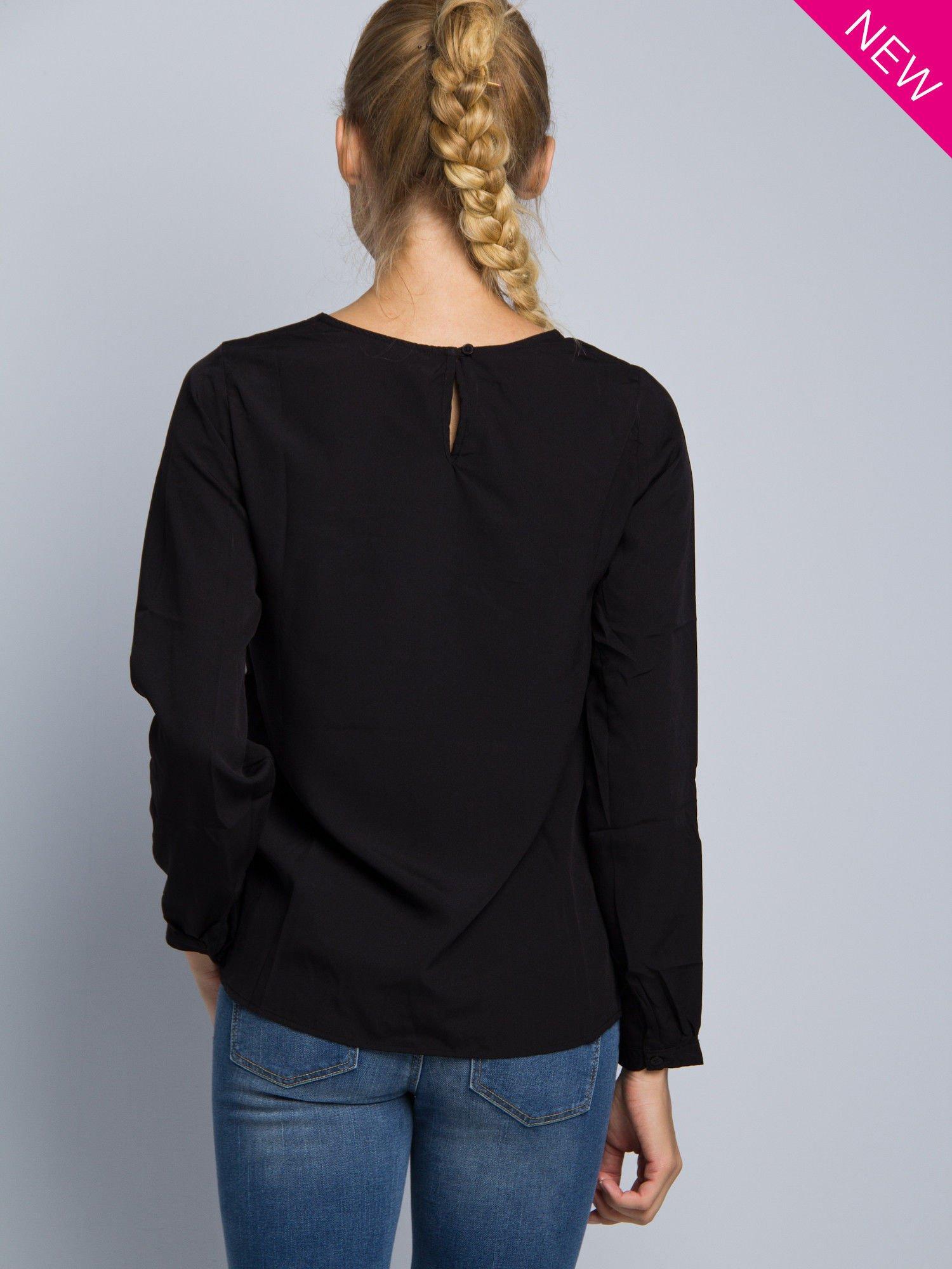 Biała koszula z kontrastowymi rękawami i czarnym pasem z przodu ozdobionym dżetami                                  zdj.                                  5