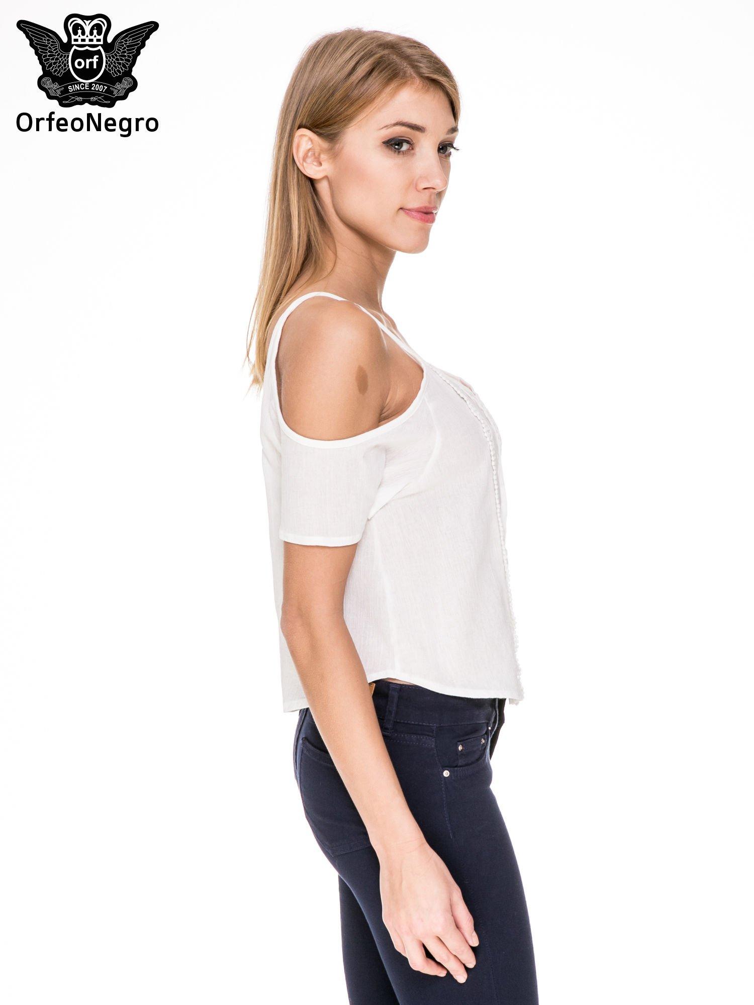 Biała koszula z odkrytymi ramionami i haftem                                  zdj.                                  3
