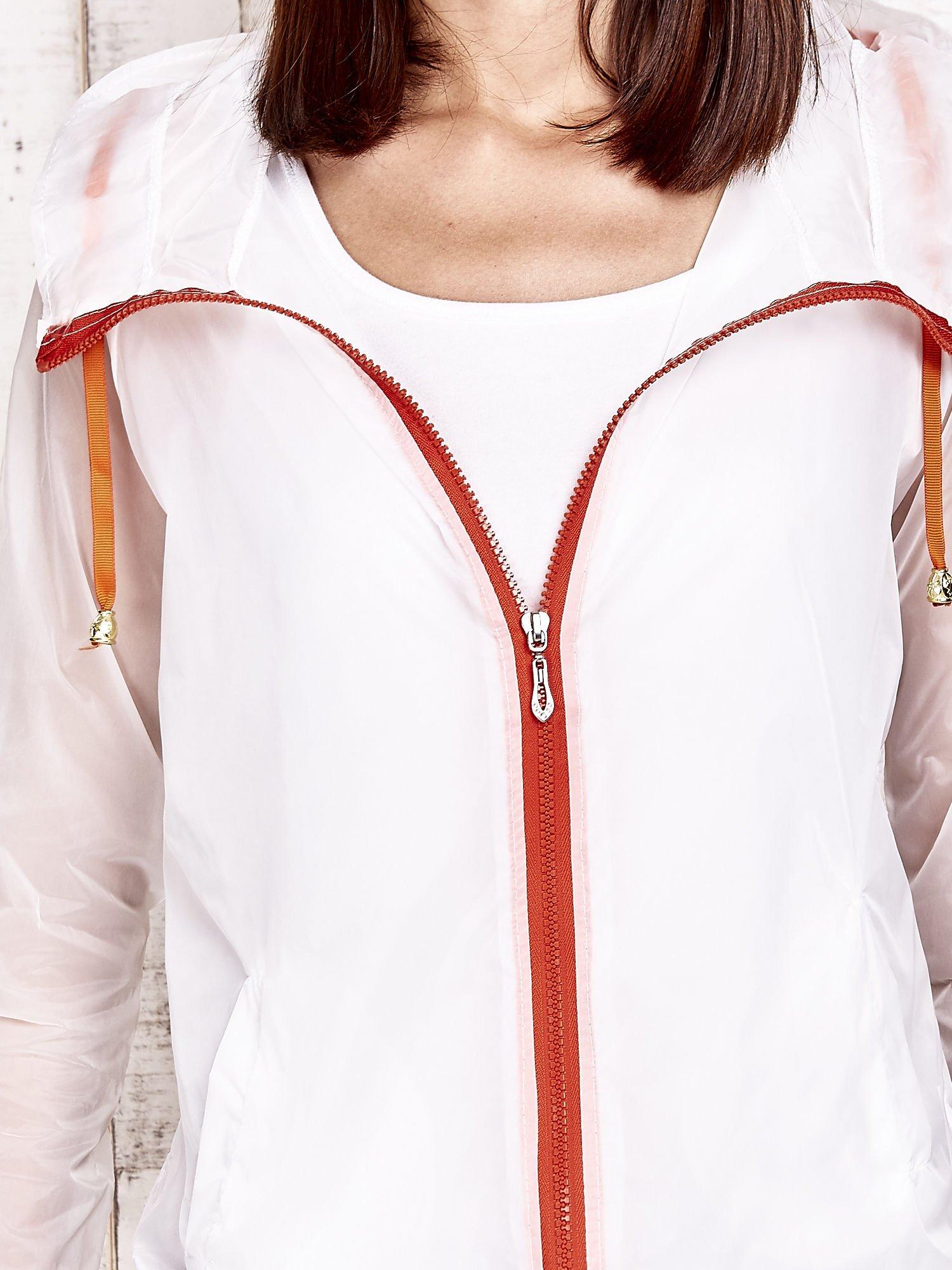 Biała kurtka wiatrówka z pomarańczowym suwakiem                                  zdj.                                  8