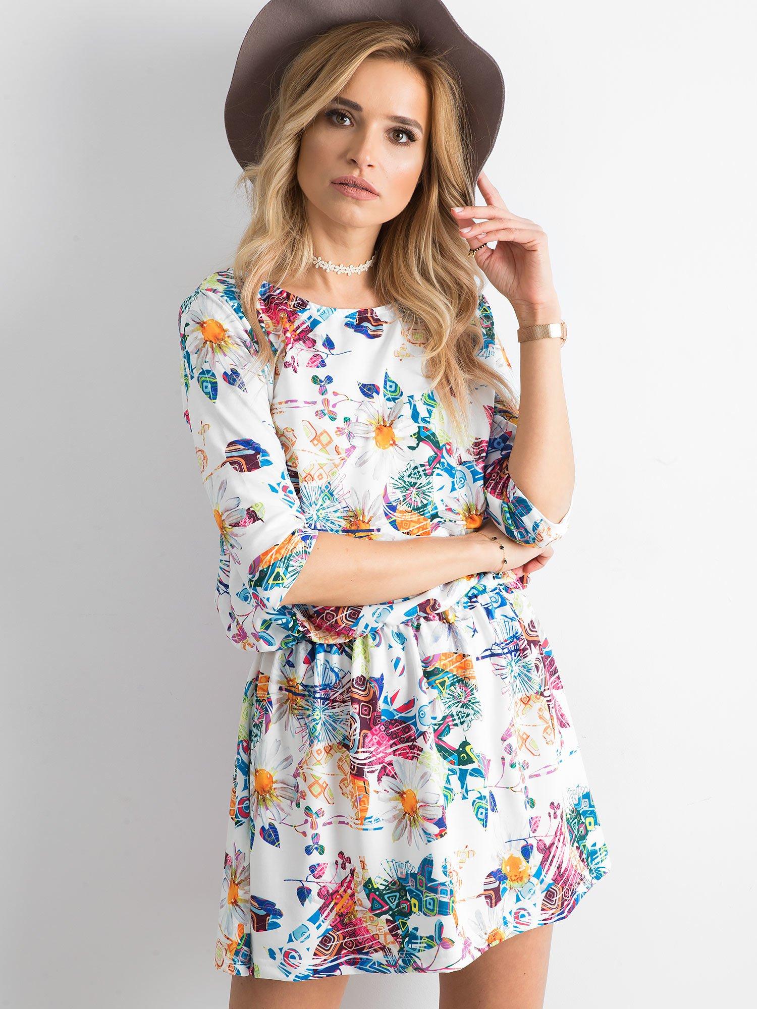a9456e5e Biała marszczona sukienka w kolorowe wzory