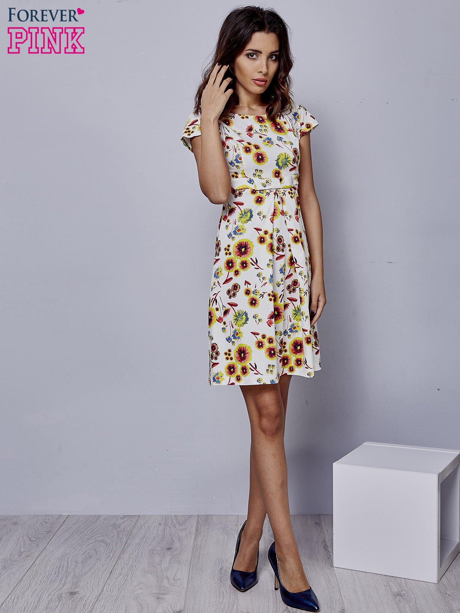 4b5bdc6c24 Biała rozkloszowana sukienka z krótkim rękawem w czerwone kwiaty - Sukienka  na co dzień - sklep eButik.pl