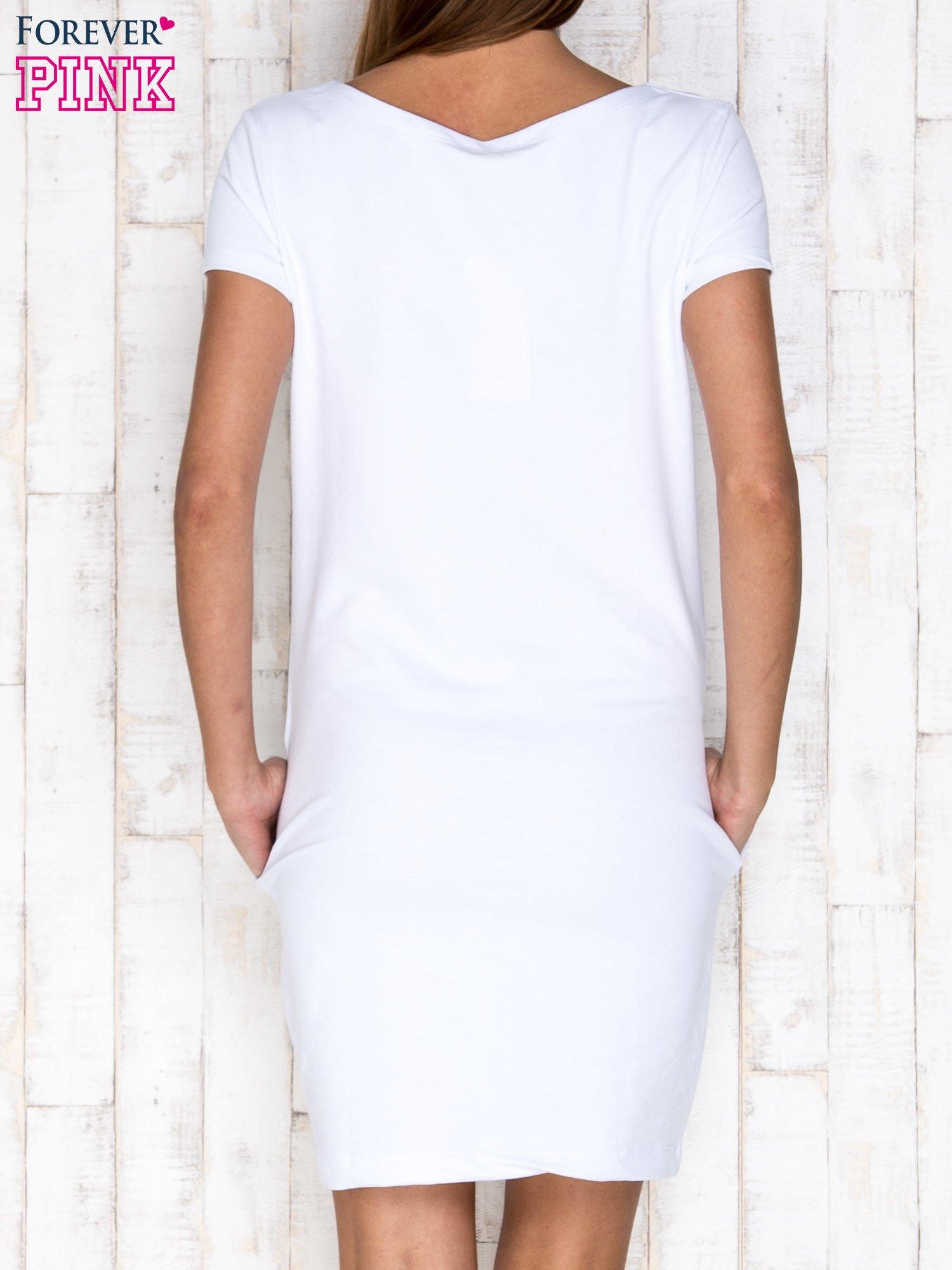 Biała sukienka dresowa z kieszeniami                                  zdj.                                  4