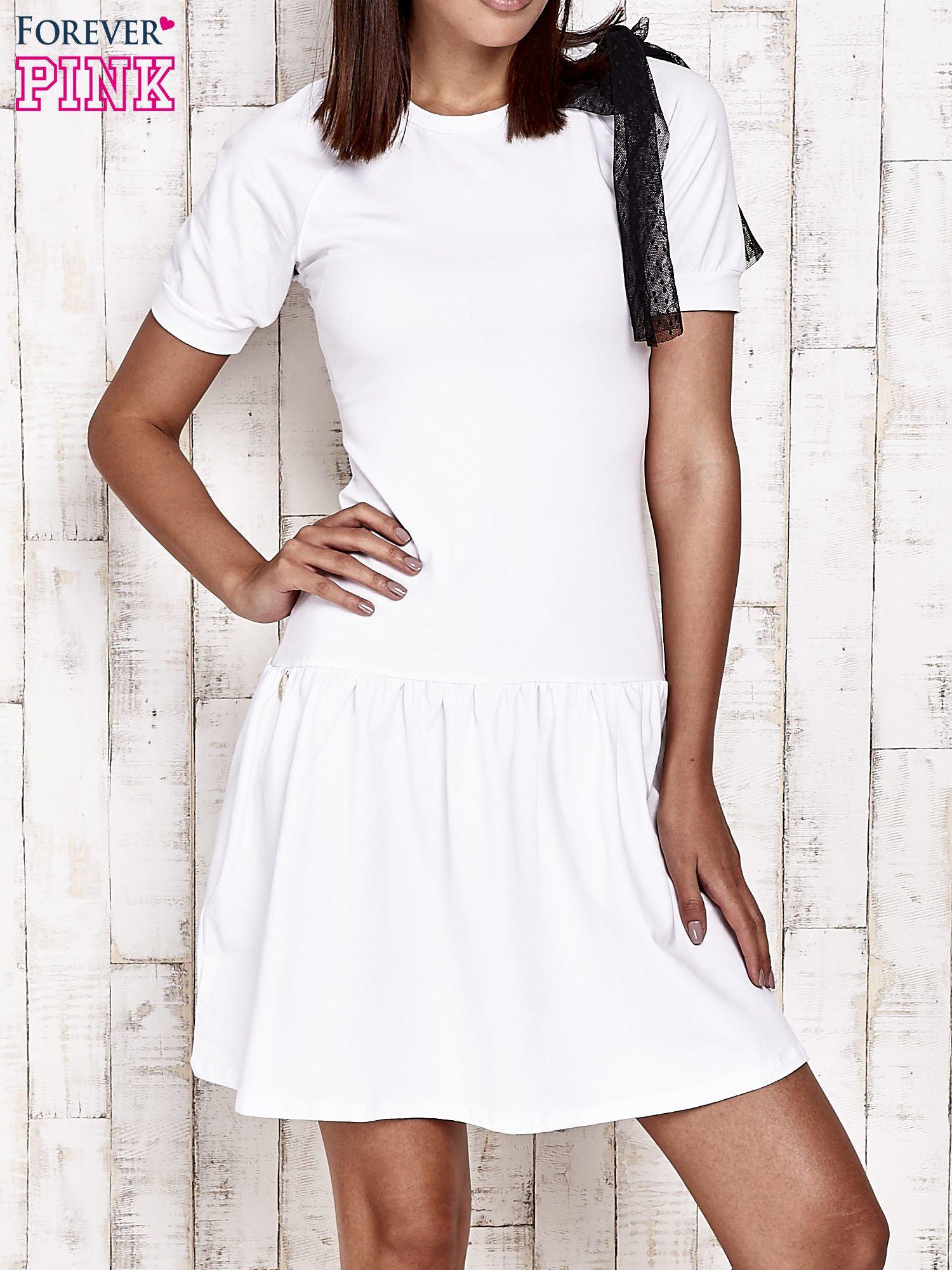 Biała sukienka dresowa z kokardą z tiulu                                  zdj.                                  1
