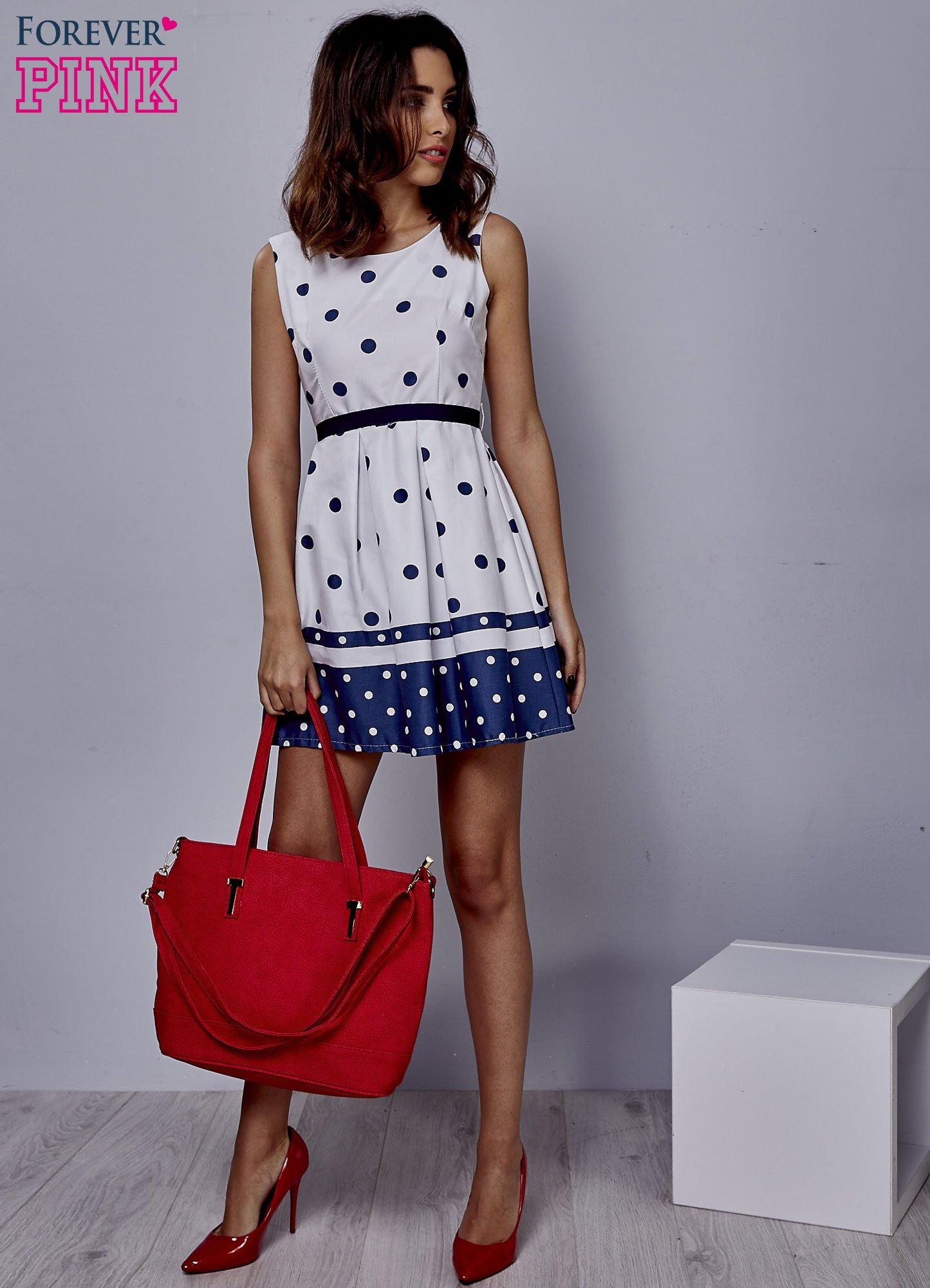 Biała sukienka w groszki wiązana na kokardę z tyłu                                  zdj.                                  4