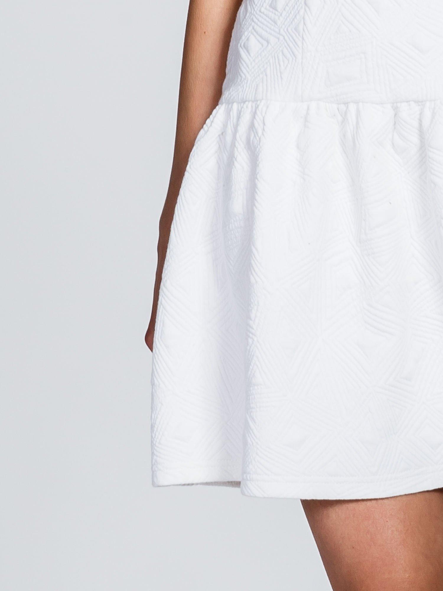 Biała sukienka z falbaną wytłaczana w geometryczny wzór                                  zdj.                                  6