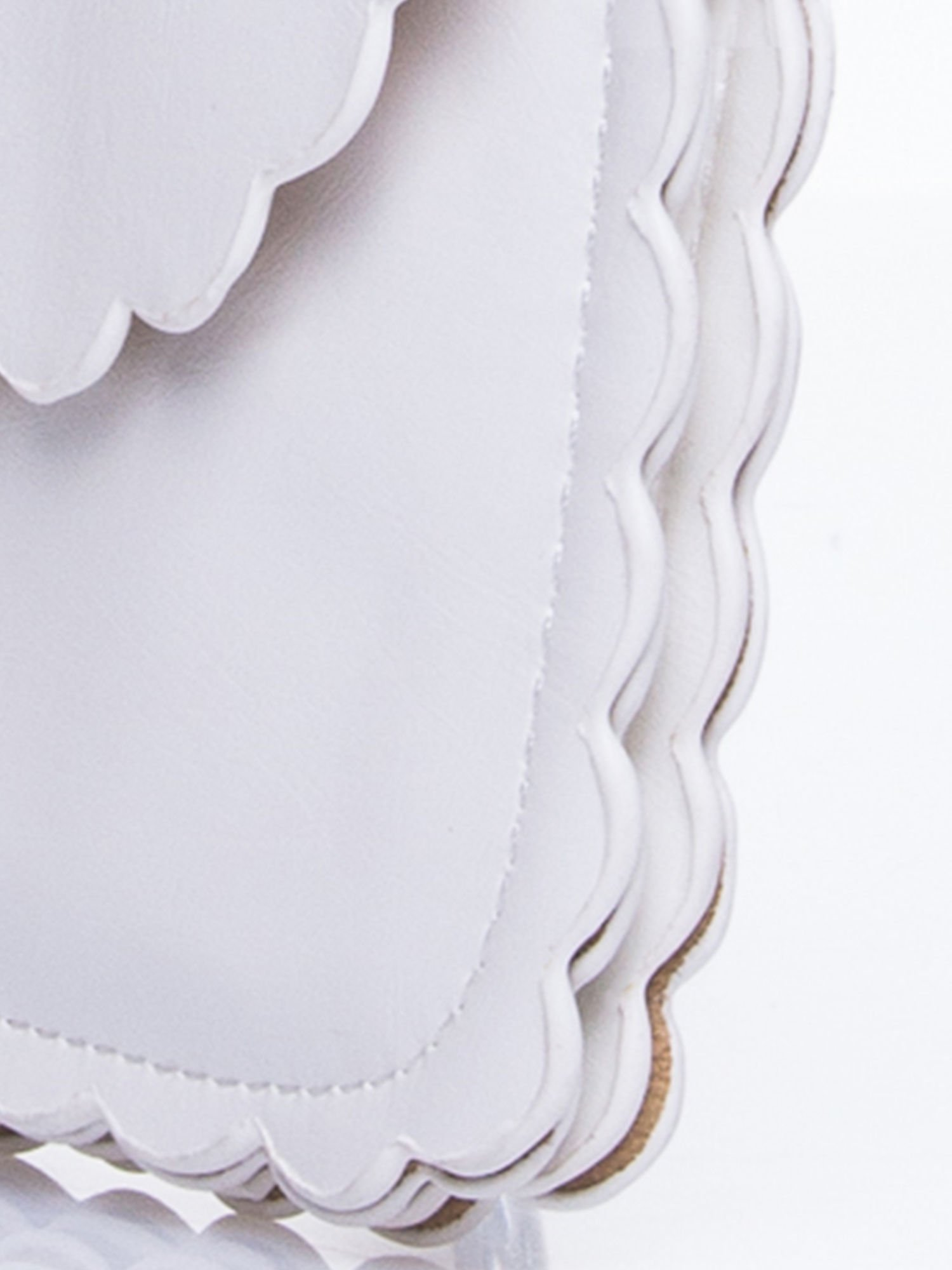 Biała torebka listonoszka z falowanym wykończeniem                                  zdj.                                  8