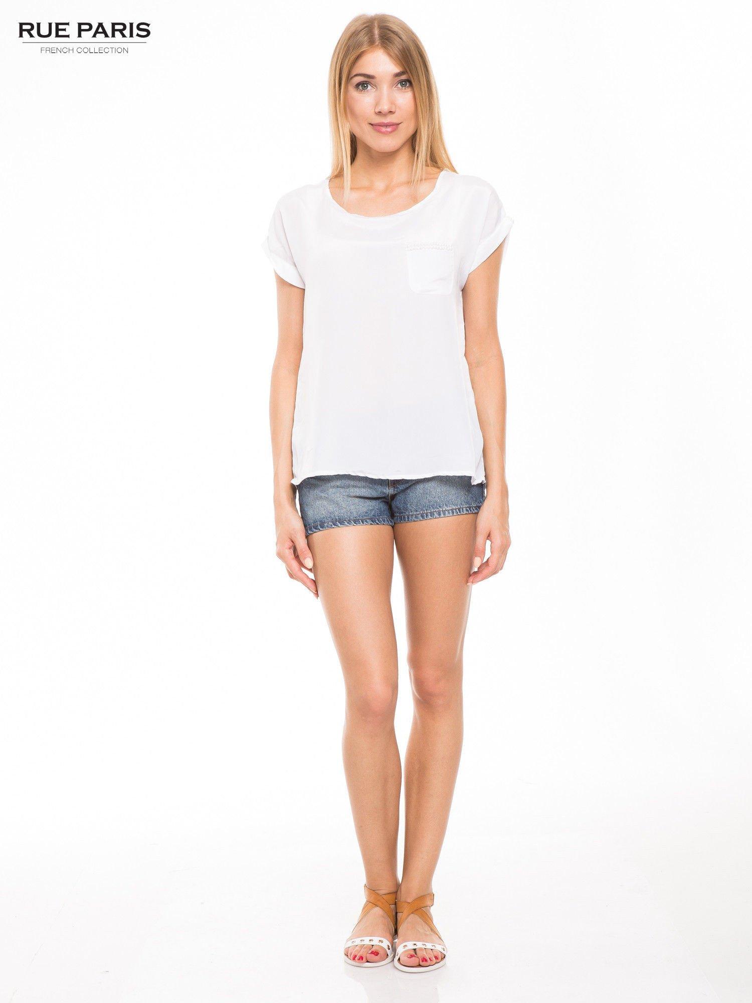 Biała zwiewna koszula z kieszonką obszytą perłami                                  zdj.                                  2