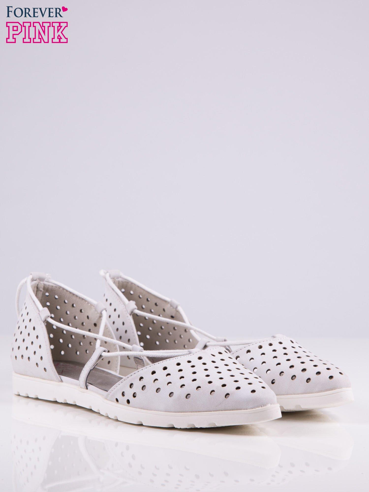 Białe ażurowe sandały wiązane wokół kostki                                   zdj.                                  2