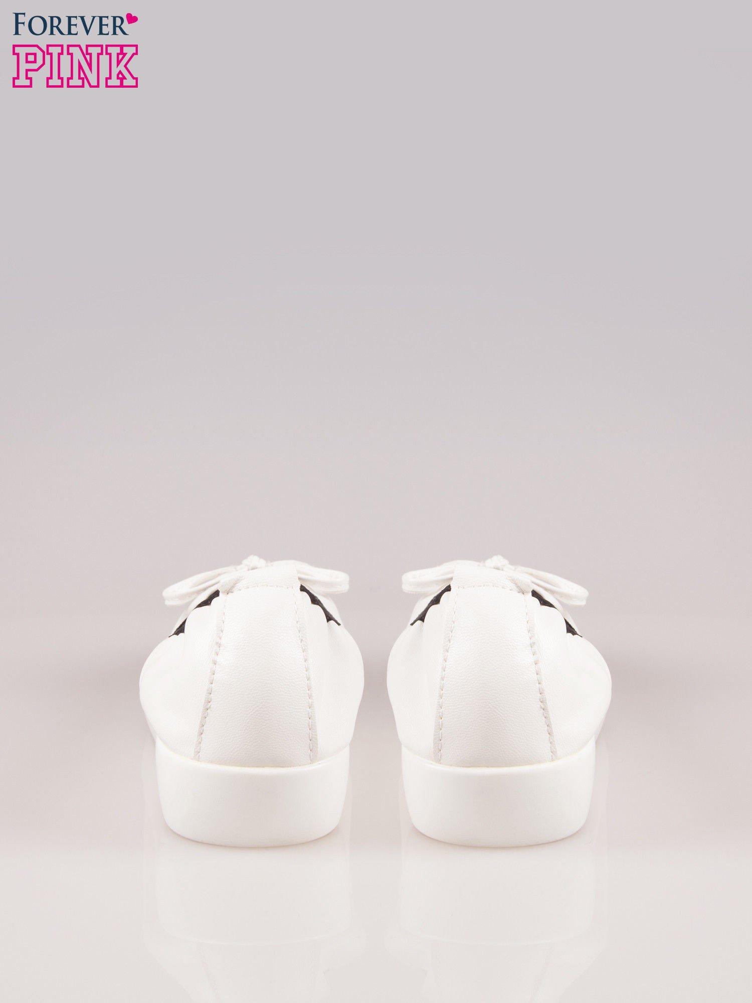 Białe baleriny Natty z czarnym lakierowanym noskiem na grubej podeszwie                                  zdj.                                  3