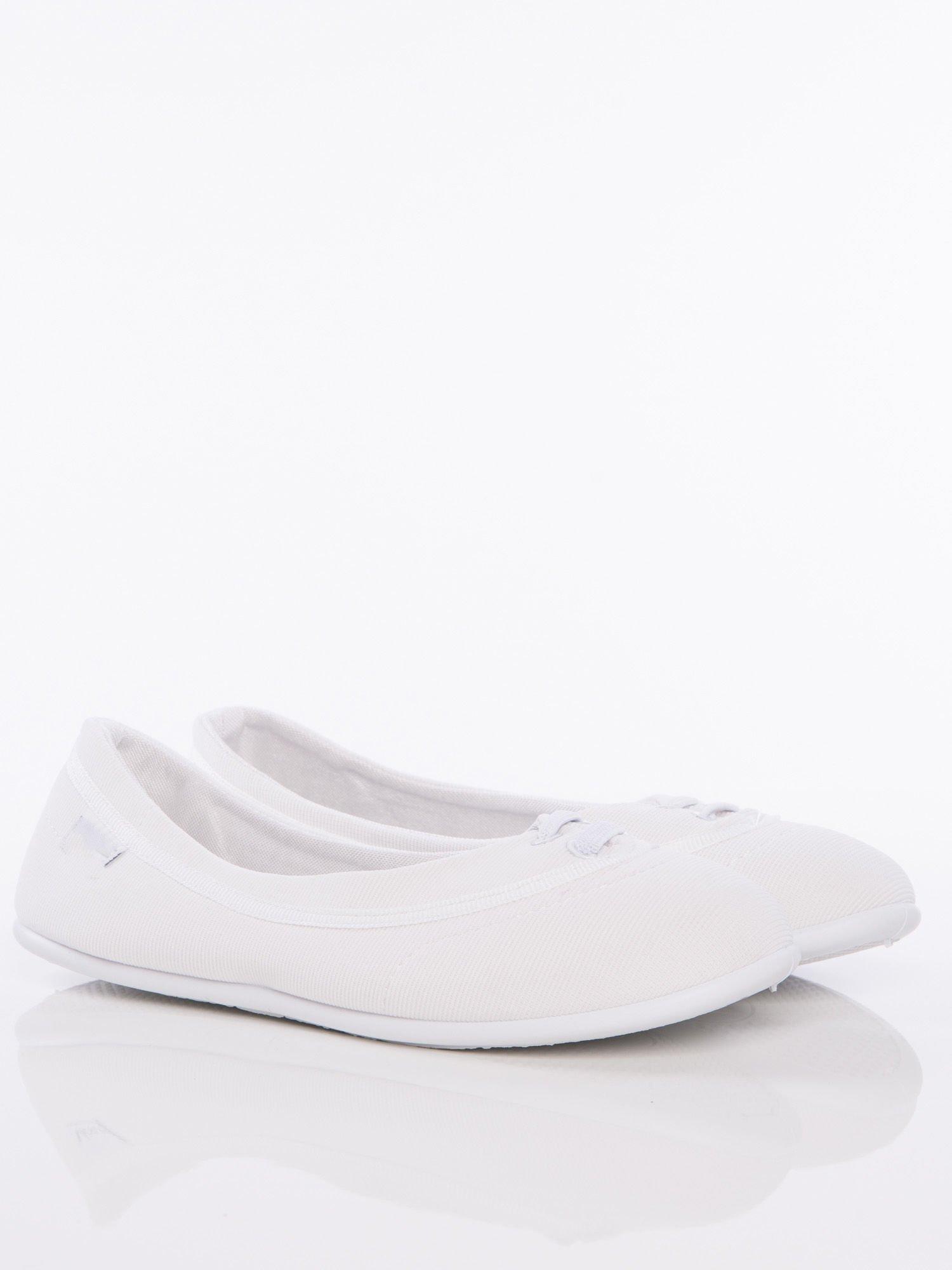 Białe materiałowe baleriny Cushy Court ze sznurówkami i białą podeszwą                                  zdj.                                  1