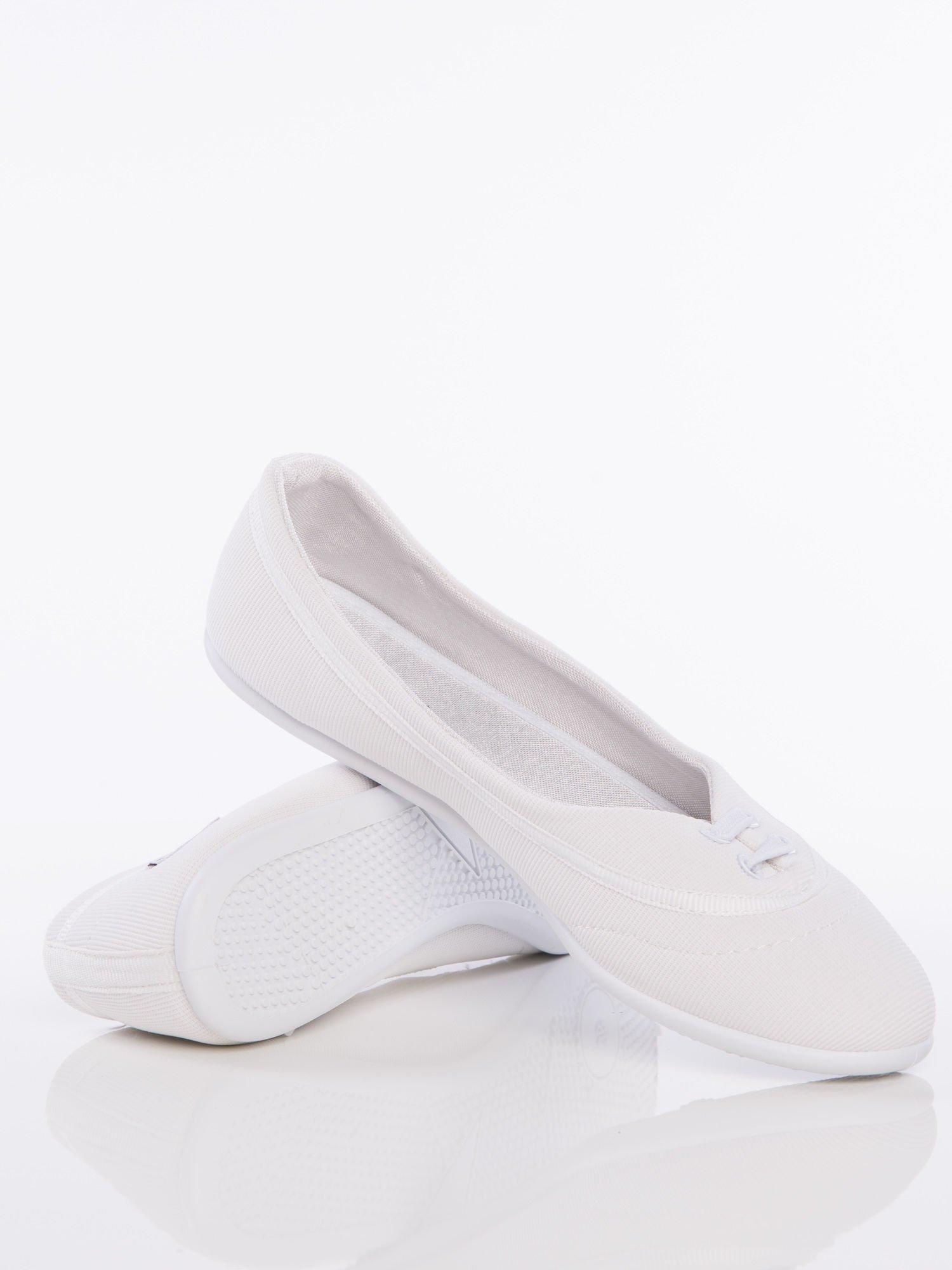 Białe materiałowe baleriny Cushy Court ze sznurówkami i białą podeszwą                                  zdj.                                  2
