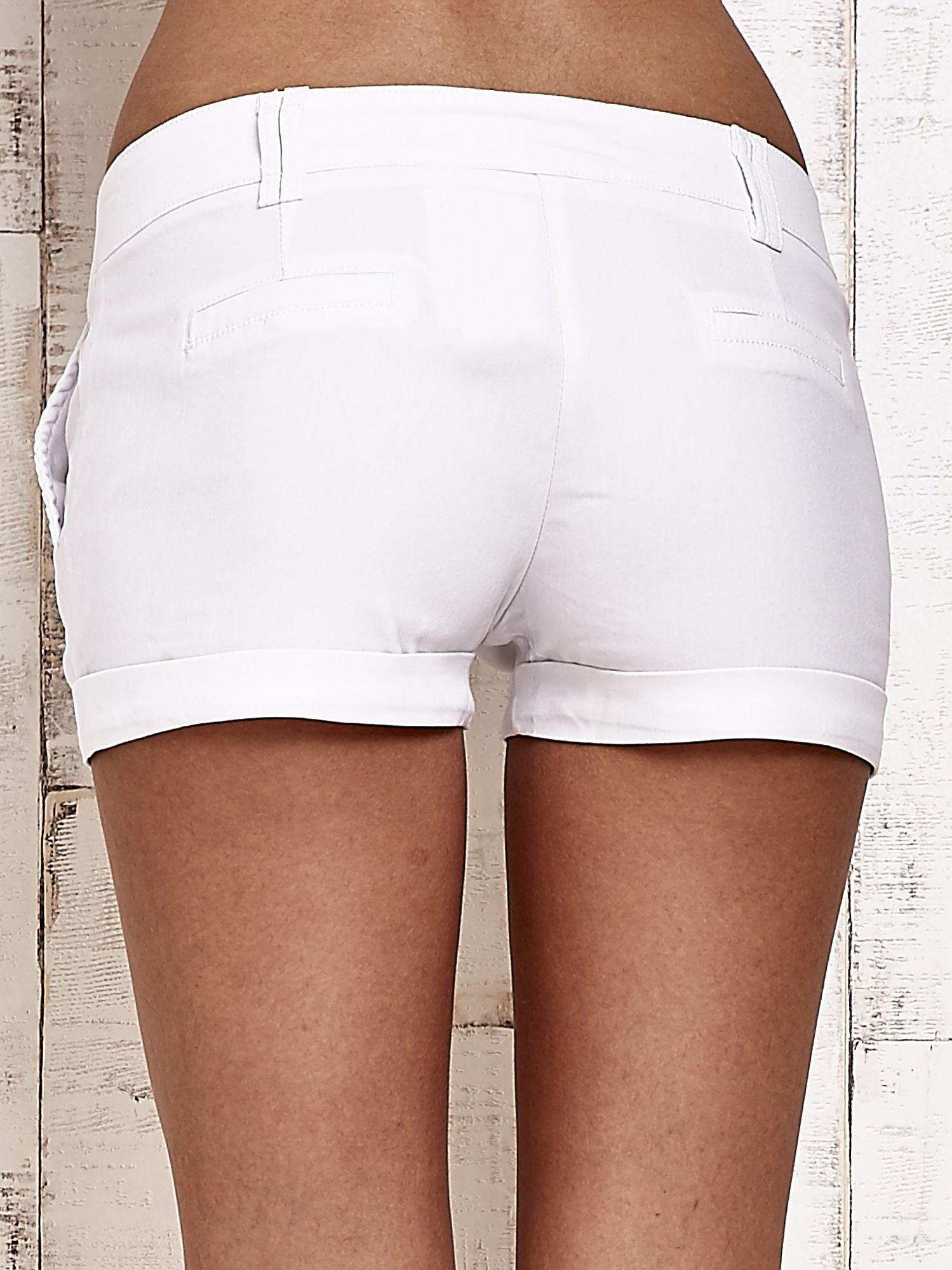 Białe materiałowe szorty z podwijaną nogawką                                  zdj.                                  7