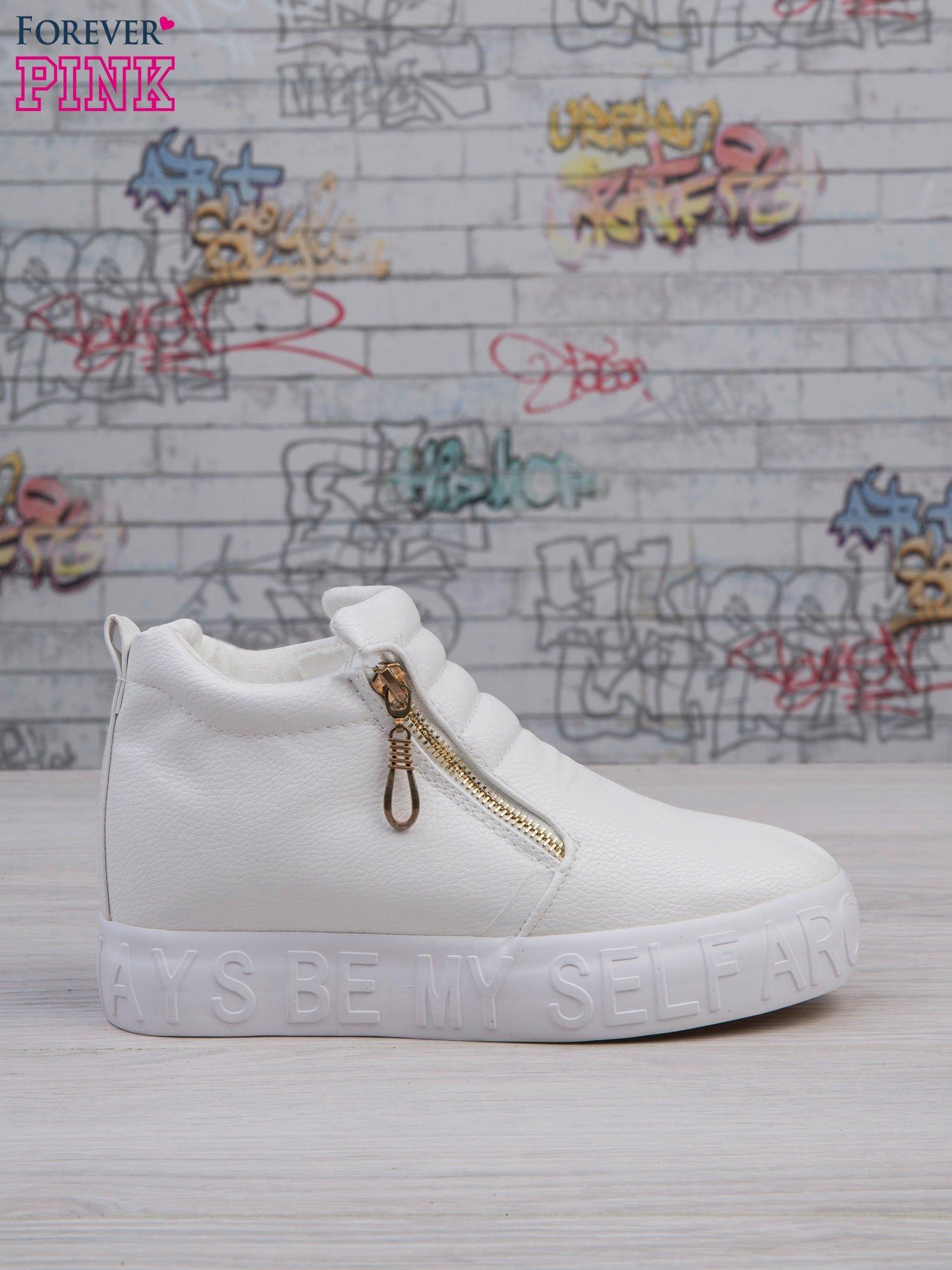 Białe skórzane buty slip on Tracy ze złotym suwakiem i napisem                                  zdj.                                  1