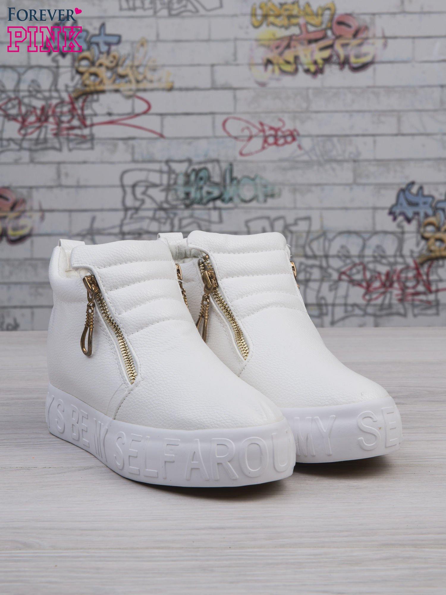 Białe skórzane buty slip on Tracy ze złotym suwakiem i napisem                                  zdj.                                  2