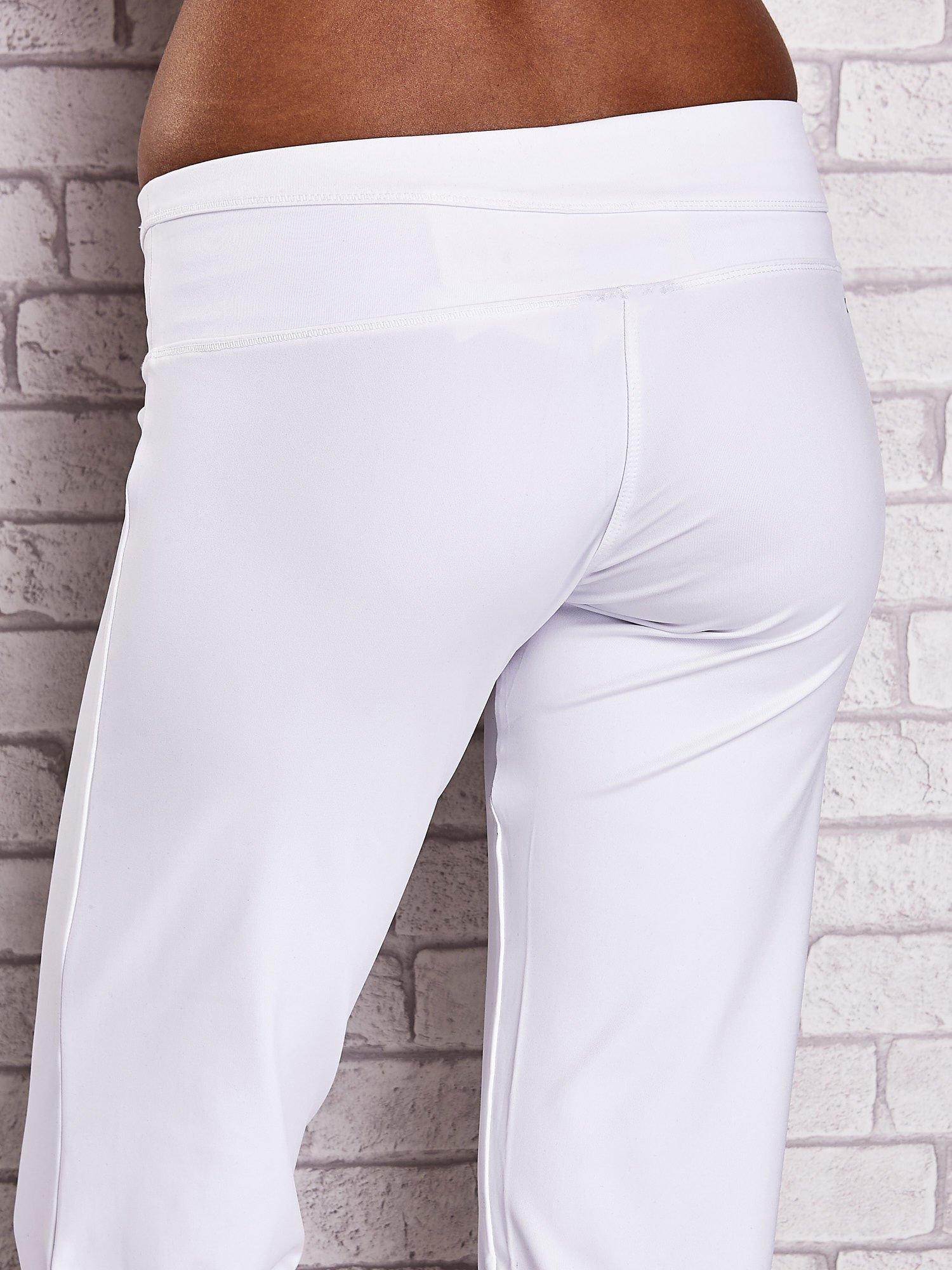 Białe śliskie spodnie capri z dżetami i troczkami                                  zdj.                                  7