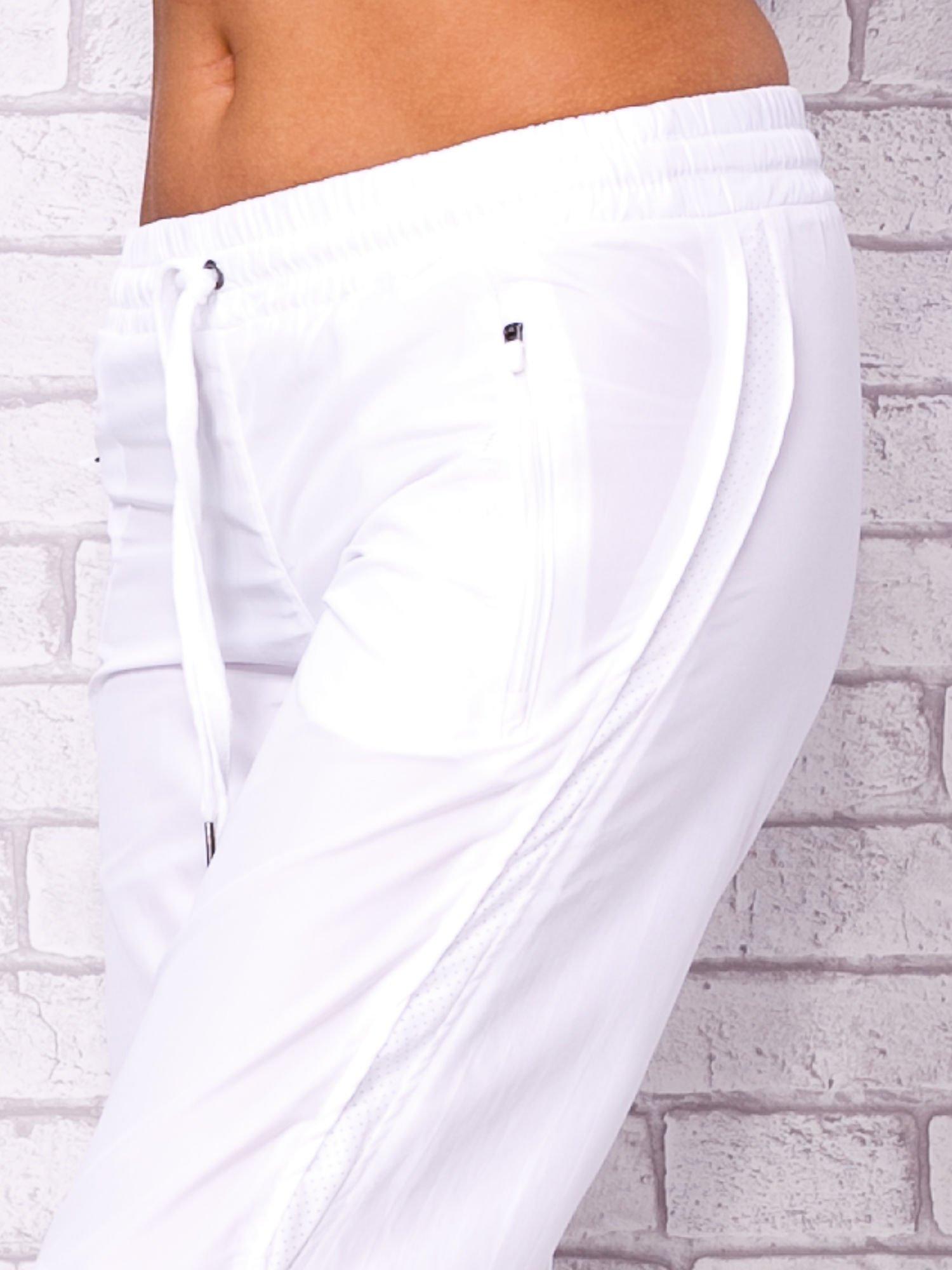 Białe spodnie sportowe capri z siateczką                                  zdj.                                  4