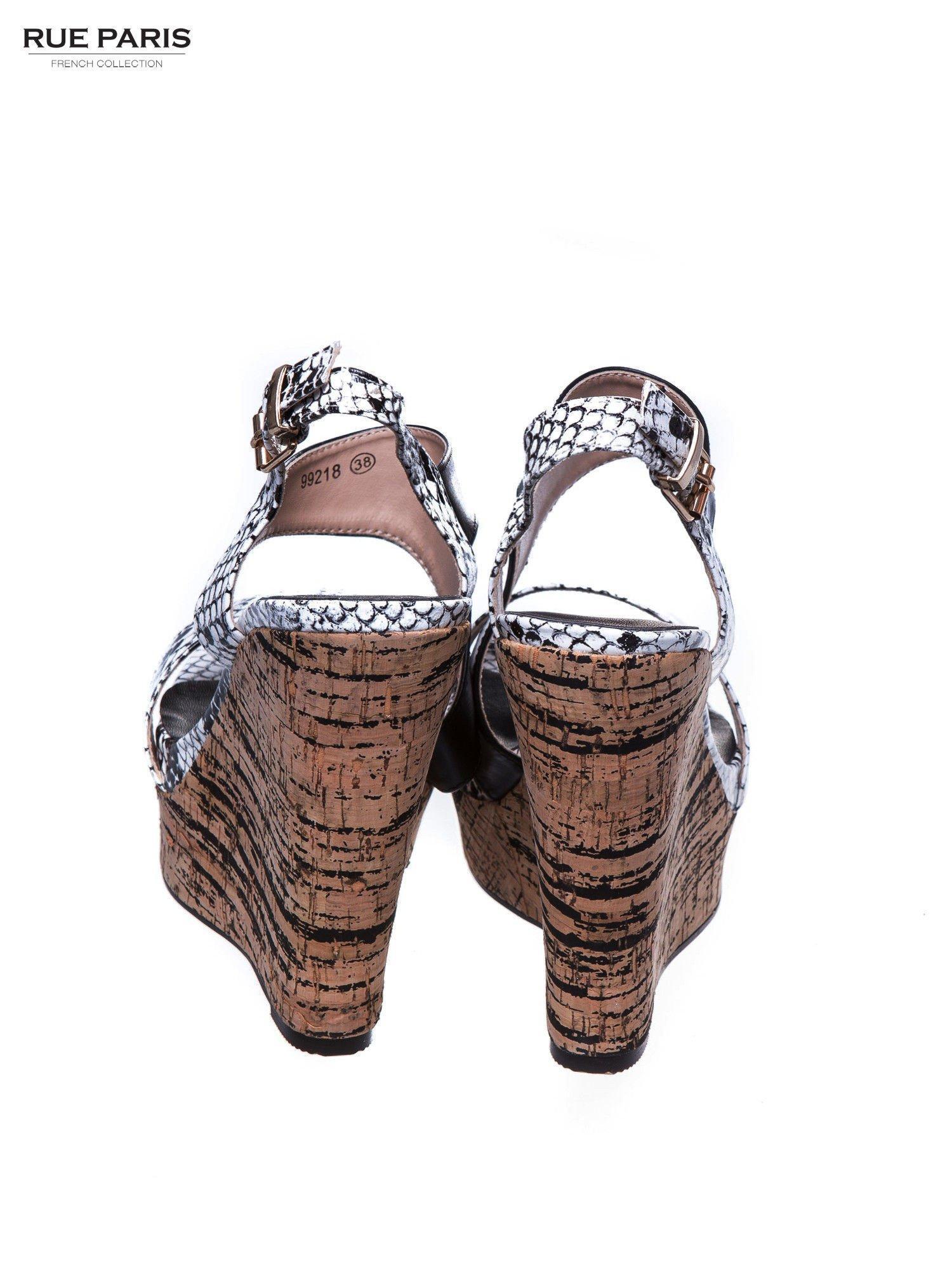 Białe wężowe sandały z paskami na korkowym koturnie                                  zdj.                                  3