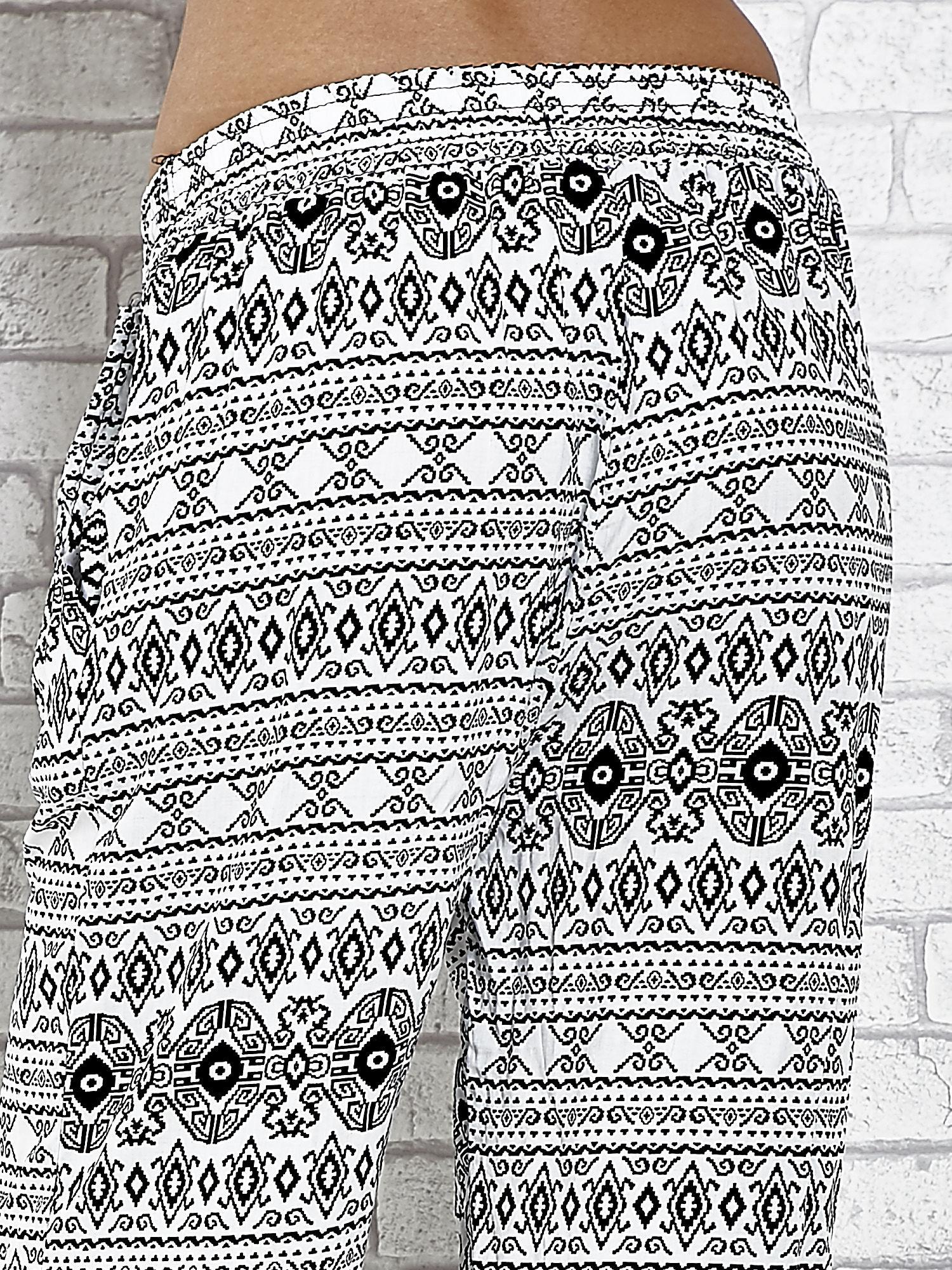 Białe zwiewne spodnie alladynki we wzór aztecki                                  zdj.                                  6