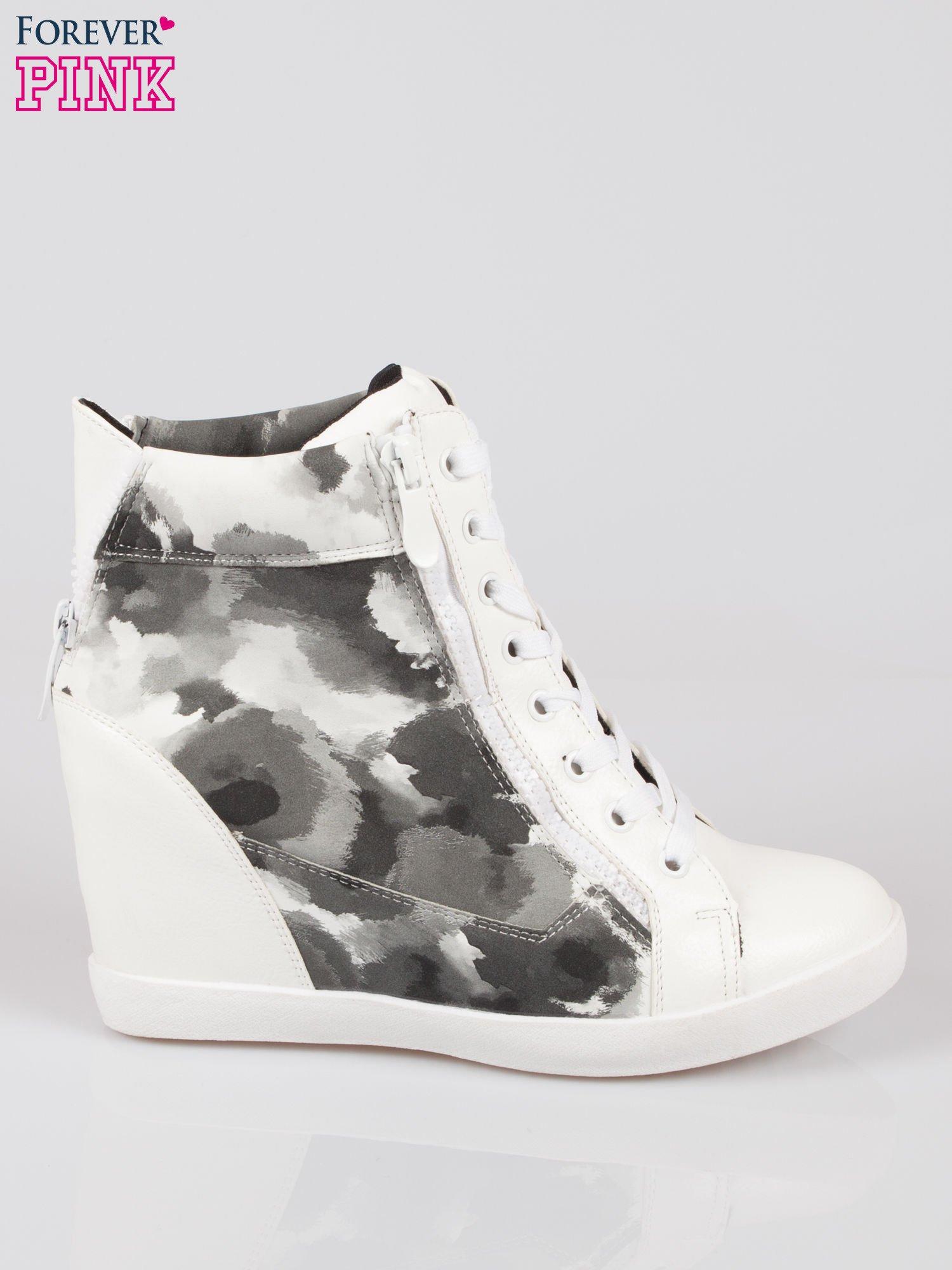 Biało-czarne sneakersy damskie z motywem floral                                  zdj.                                  1