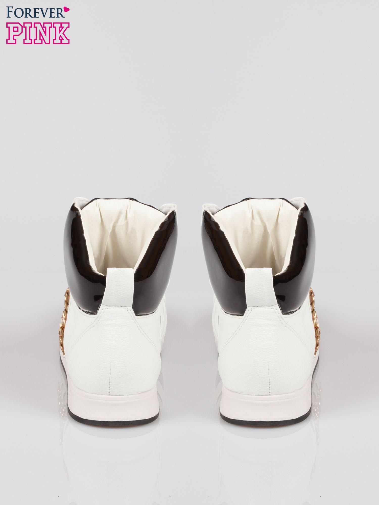 Biało-czarne sneakersy z łańcuszkami                                  zdj.                                  3