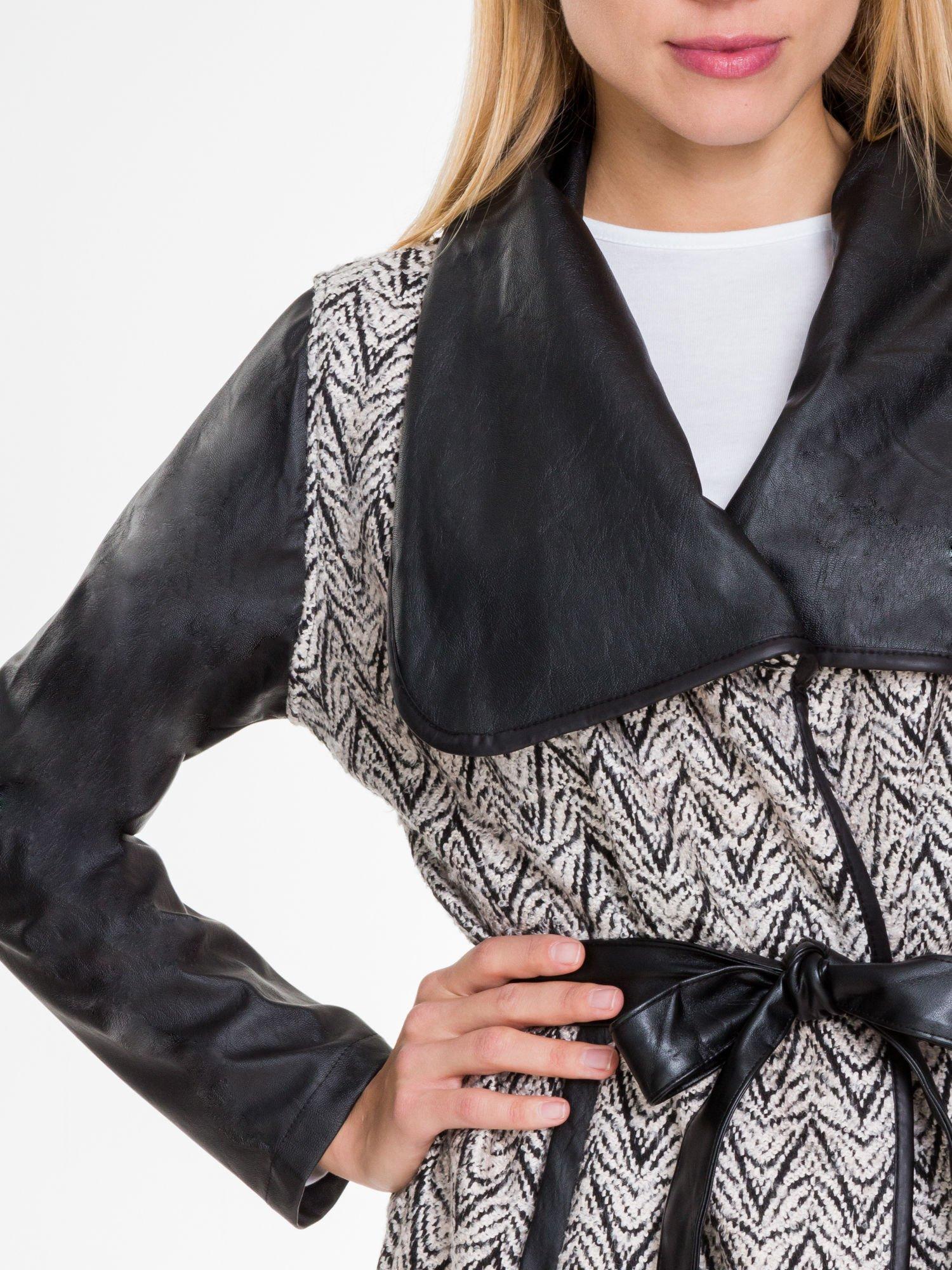 Biało-czarny wzorzysty wełniany płaszcz ze skórzanymi rękawami                                  zdj.                                  5