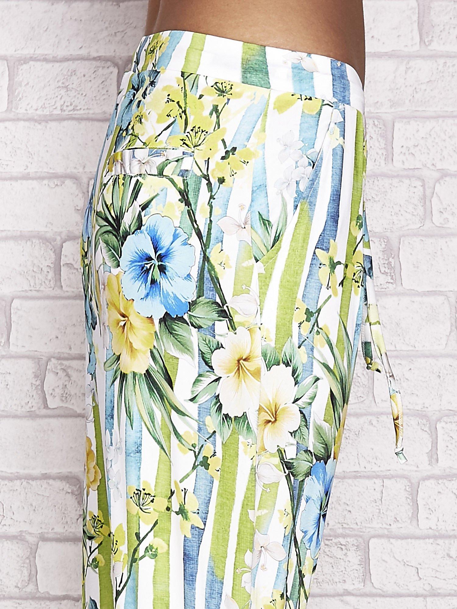 Biało-niebieskie spodnie capri z motywem pasków i kwiatów                                  zdj.                                  5