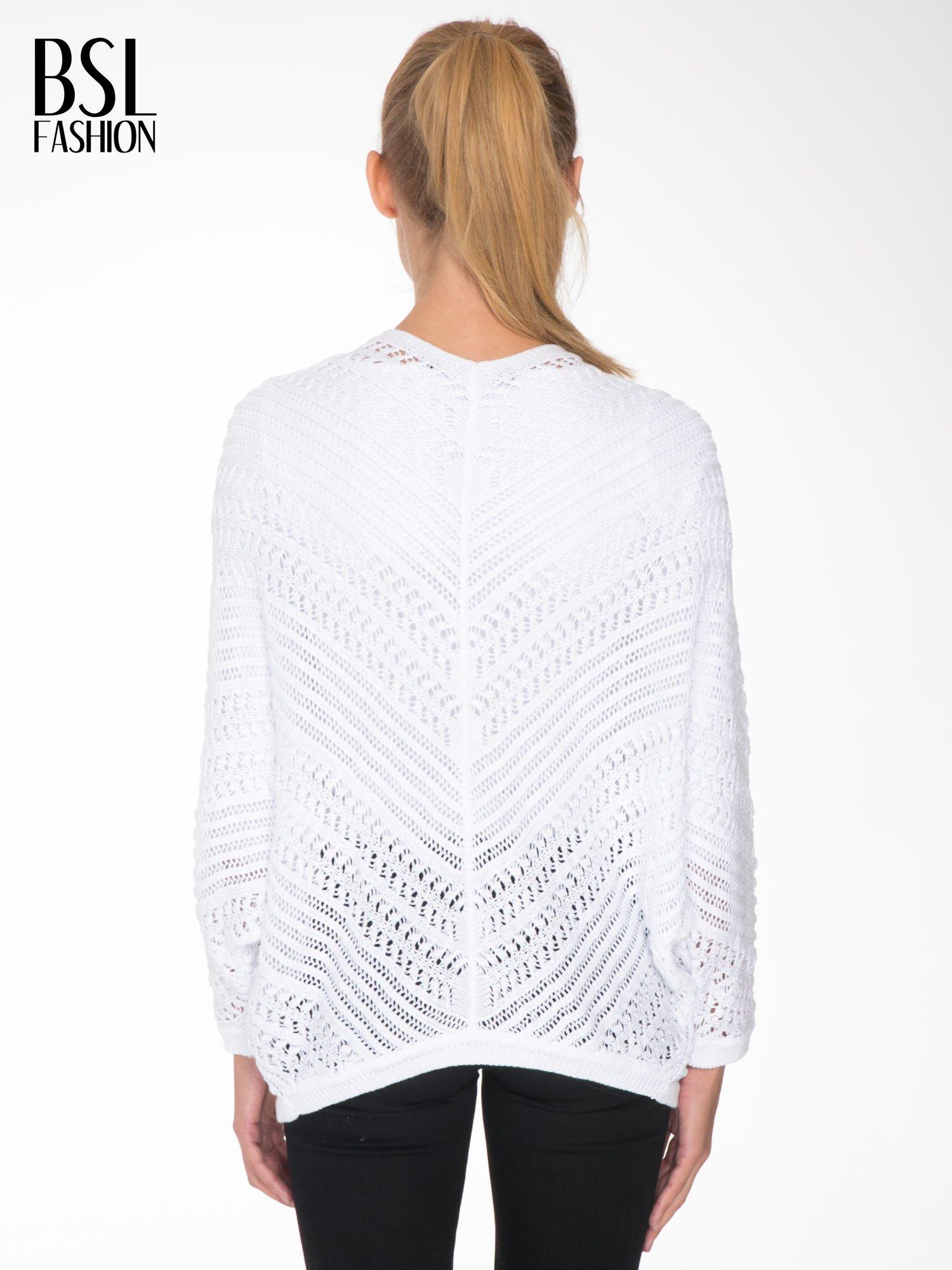 Biały ażurowy sweter typu narzutka poncho                                  zdj.                                  4