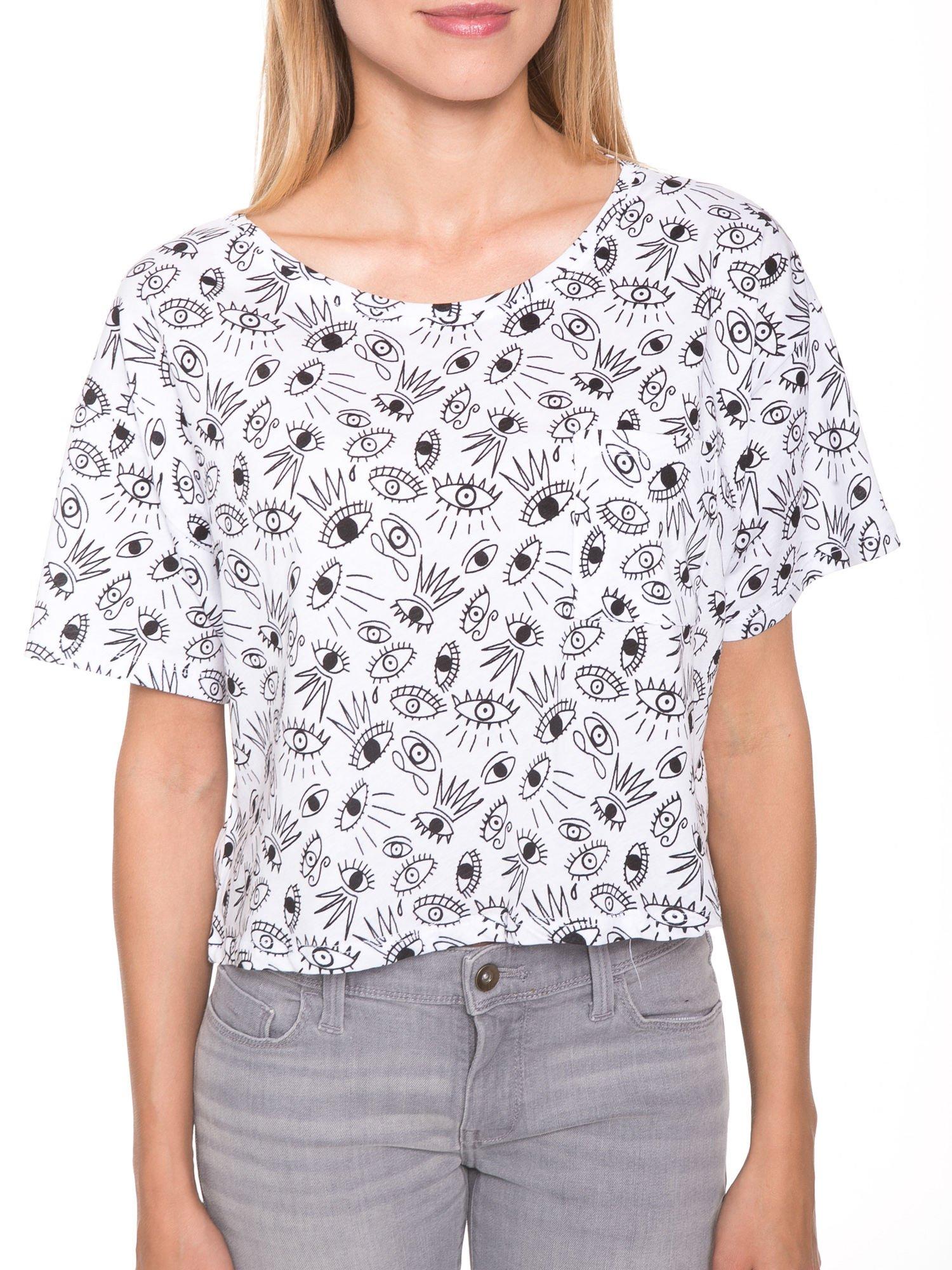 Biały luźny krótki t-shirt z kieszonką w nadruk oczu                                  zdj.                                  6