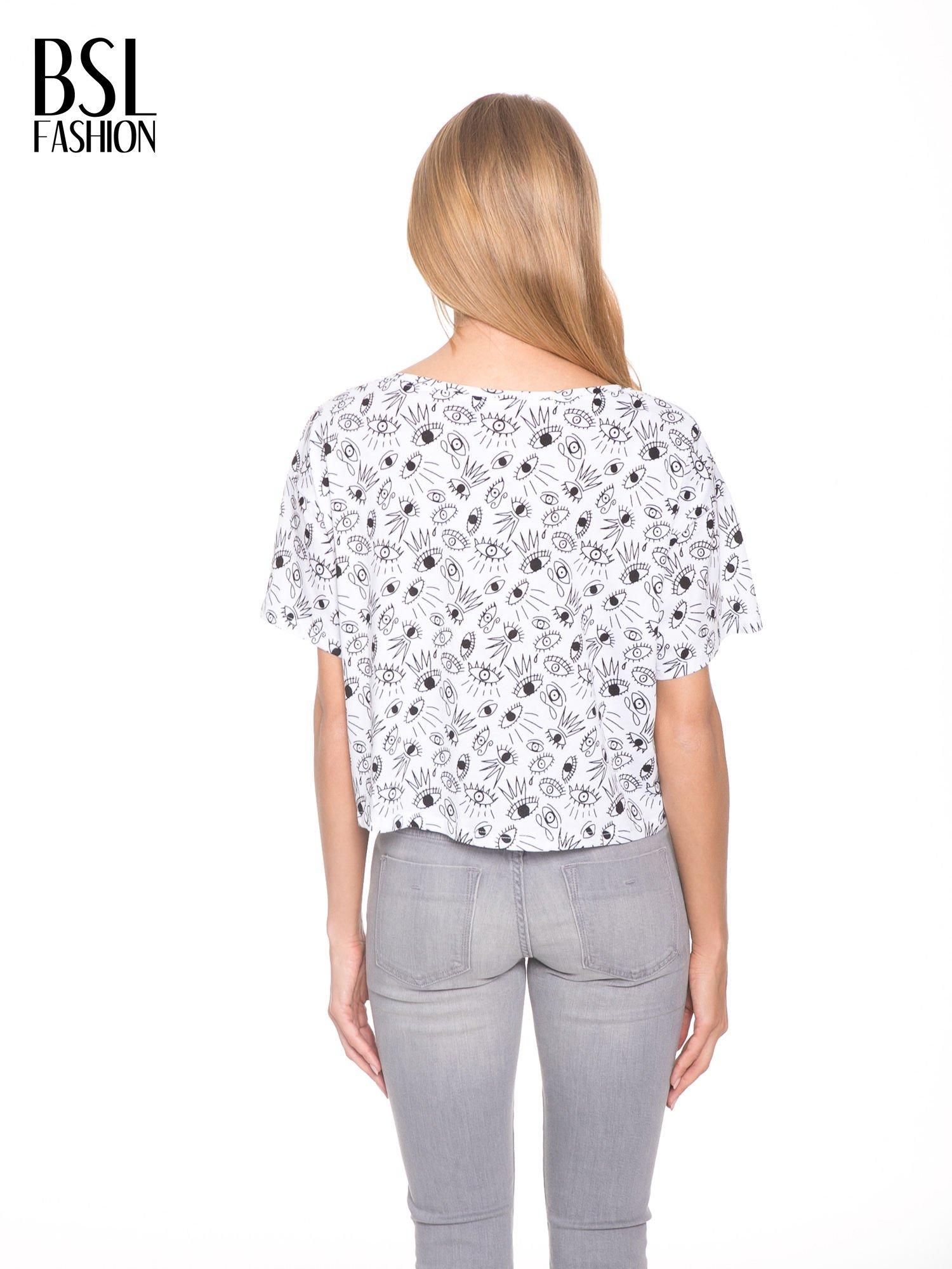 Biały luźny krótki t-shirt z kieszonką w nadruk oczu                                  zdj.                                  4