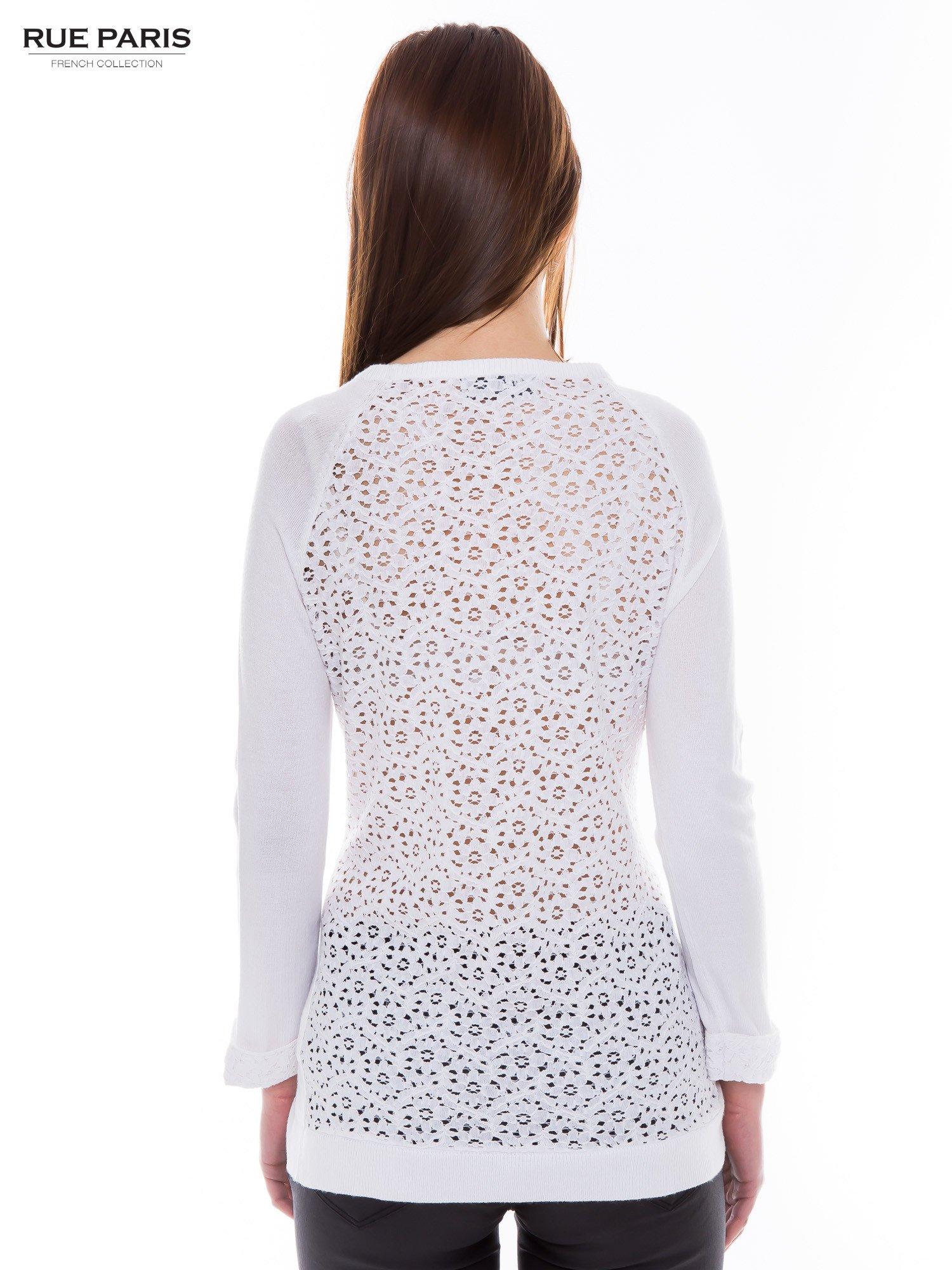 Biały sweter z długim rękawem wykończonym koronkowym mankietem                                  zdj.                                  3