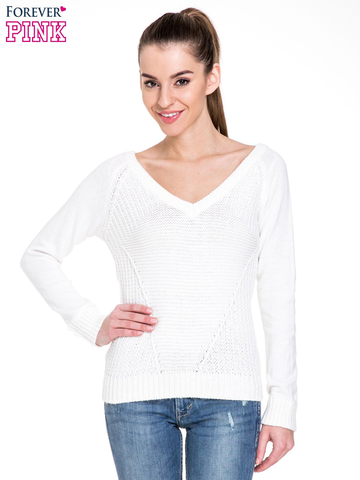 791433e996a401 Biały sweter z dwustronnym dekoltem w serek - Sweter długi - sklep ...