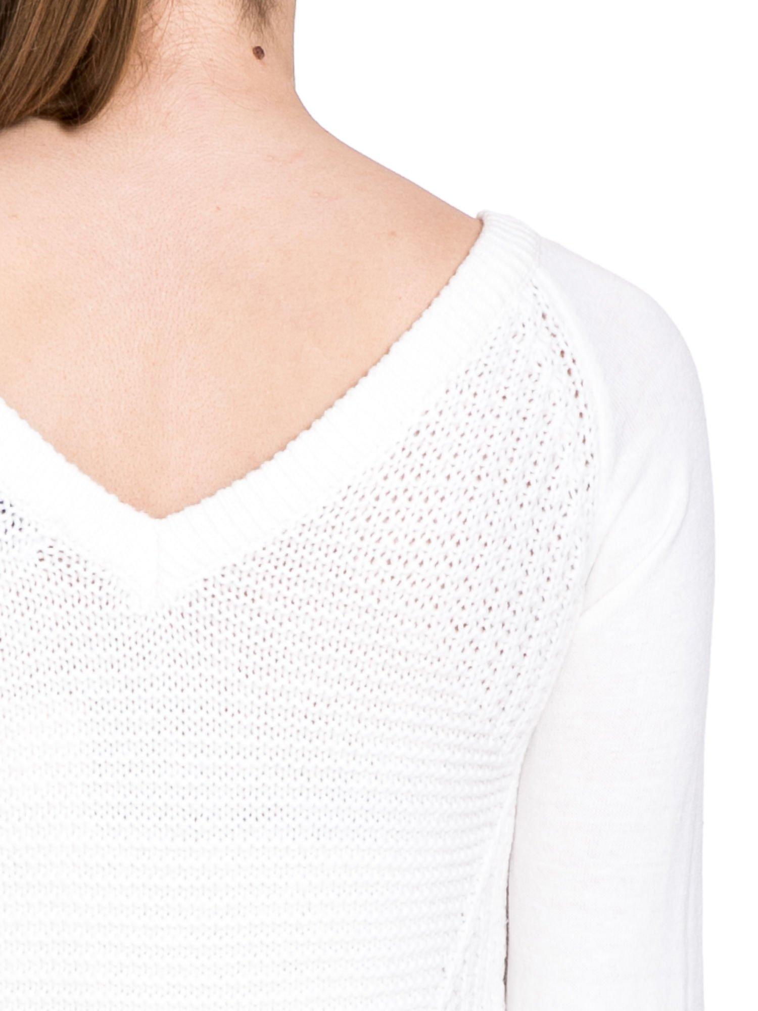 Biały sweter z dwustronnym dekoltem w serek                                  zdj.                                  6