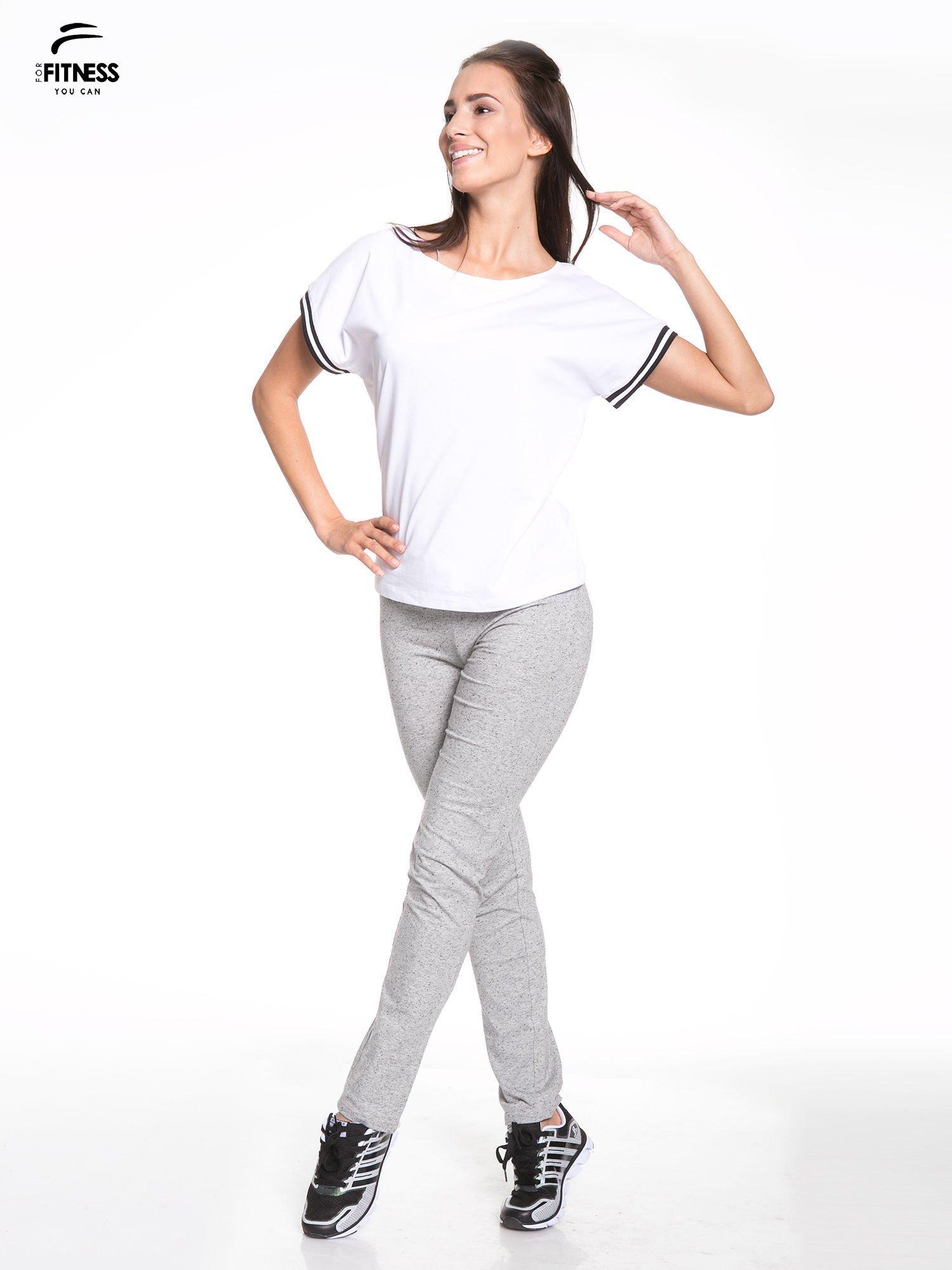 Biały t-shirt damski ze sportową lamówką                                  zdj.                                  5