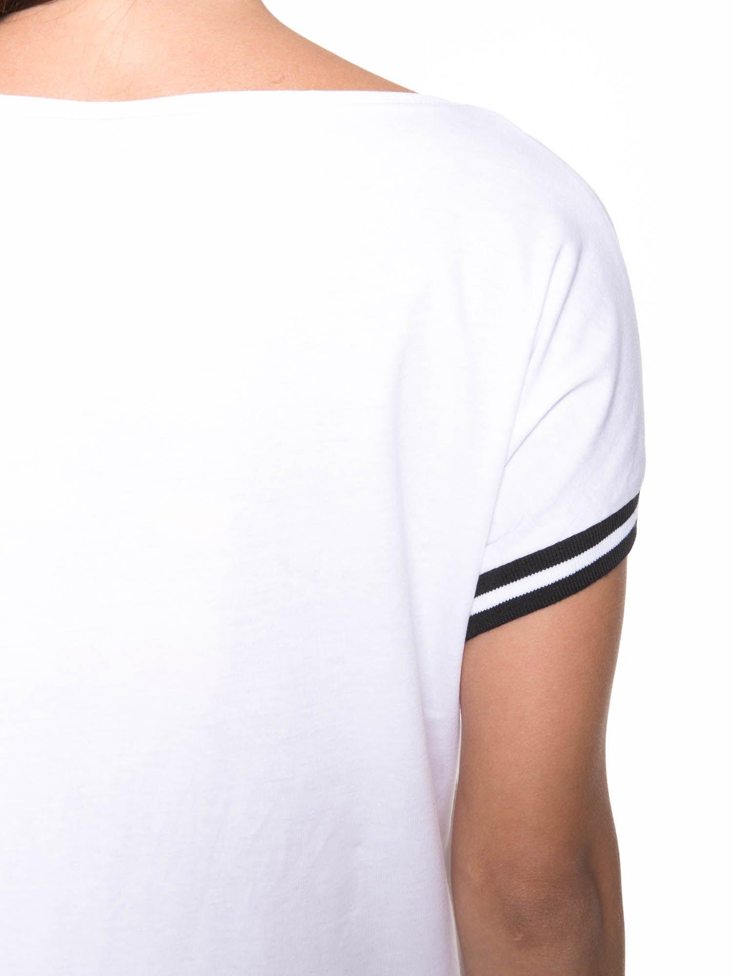 Biały t-shirt damski ze sportową lamówką                                  zdj.                                  9