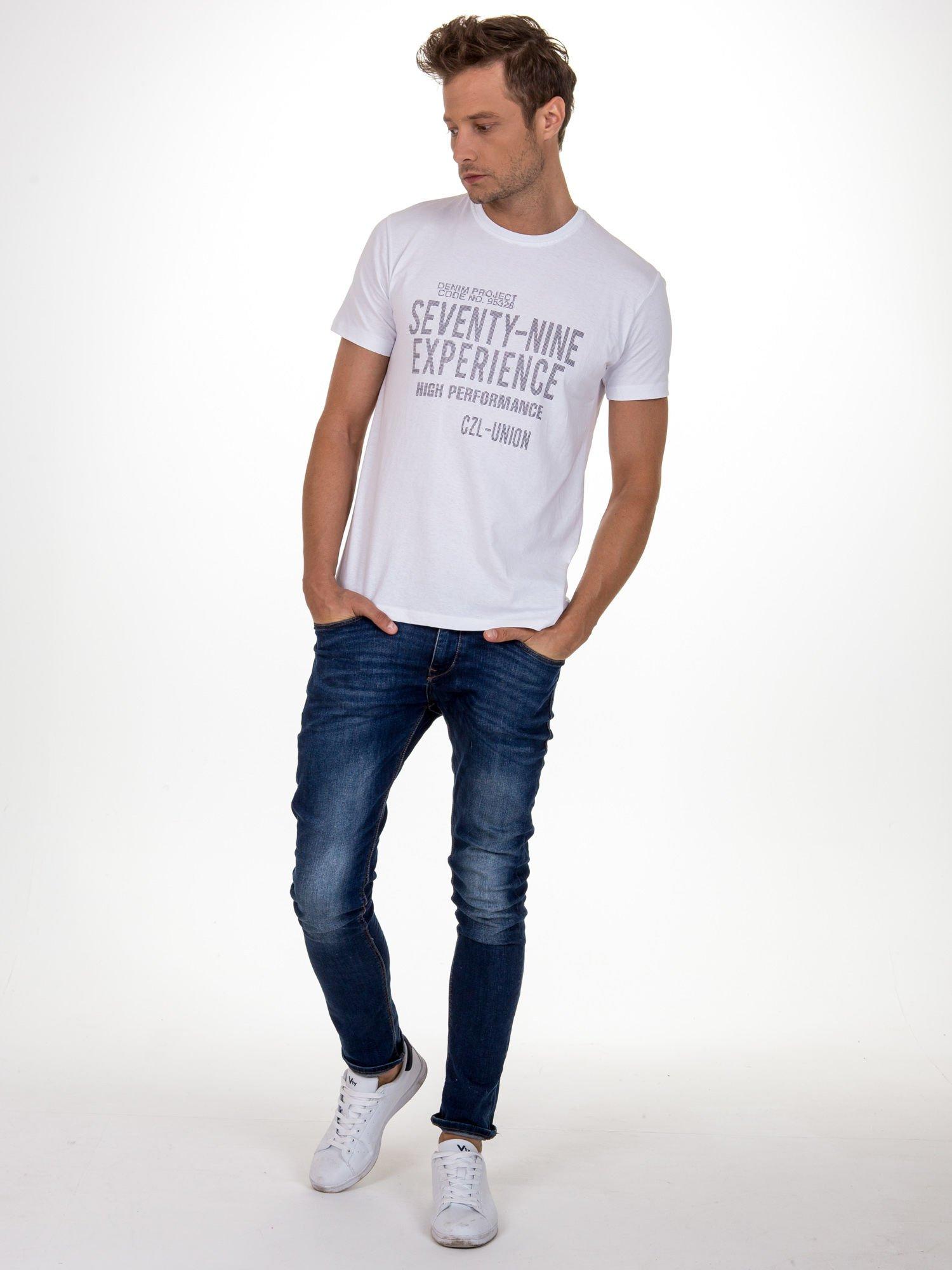 Biały t-shirt męski z nadrukiem napisów                                  zdj.                                  2