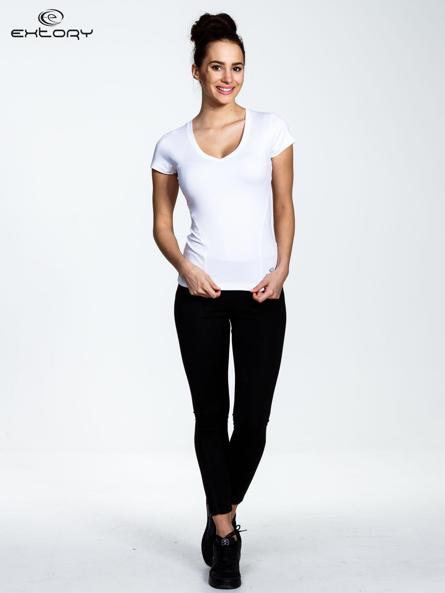 Biały t-shirt sportowy termoaktywny z dekoltem V                                  zdj.                                  2