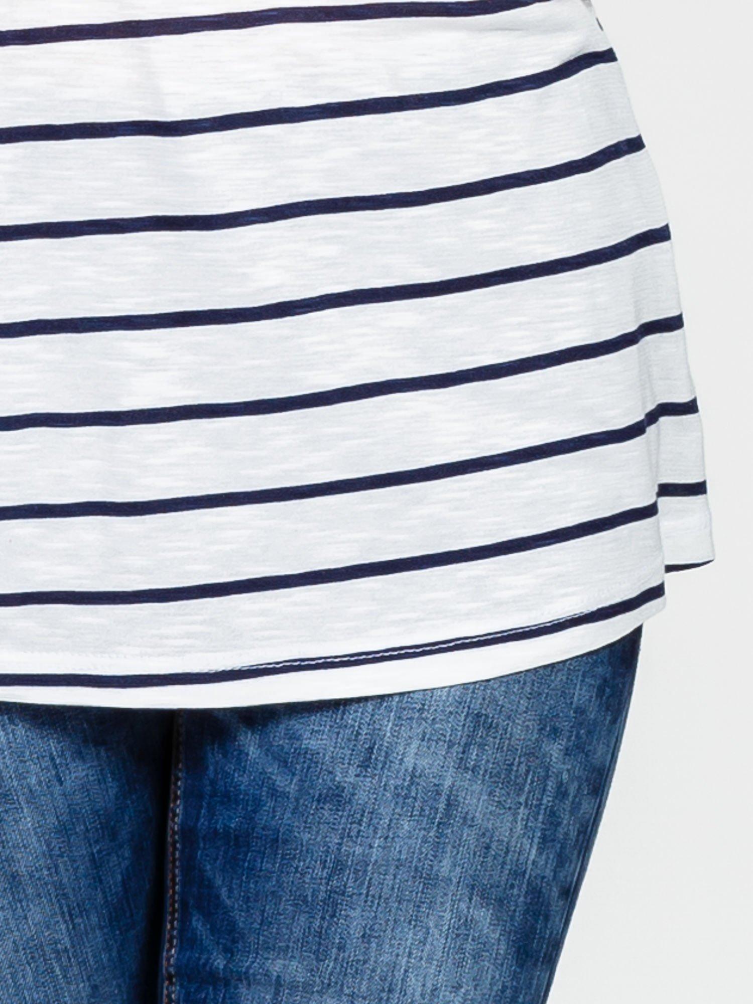 Biały t-shirt w paski z koronkowym wykończeniem                                  zdj.                                  5