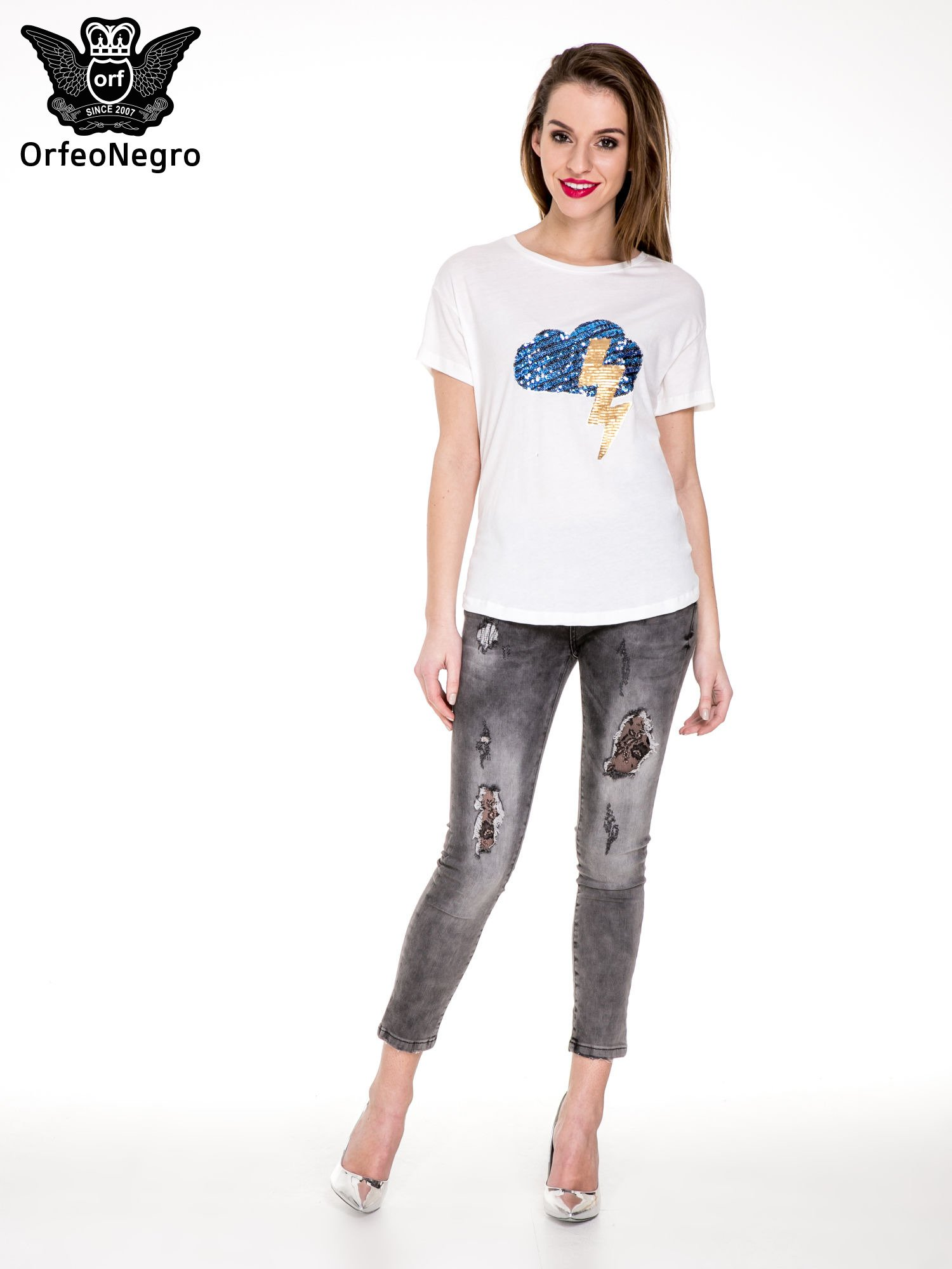 Biały t-shirt z aplikacją z cekinów                                  zdj.                                  2