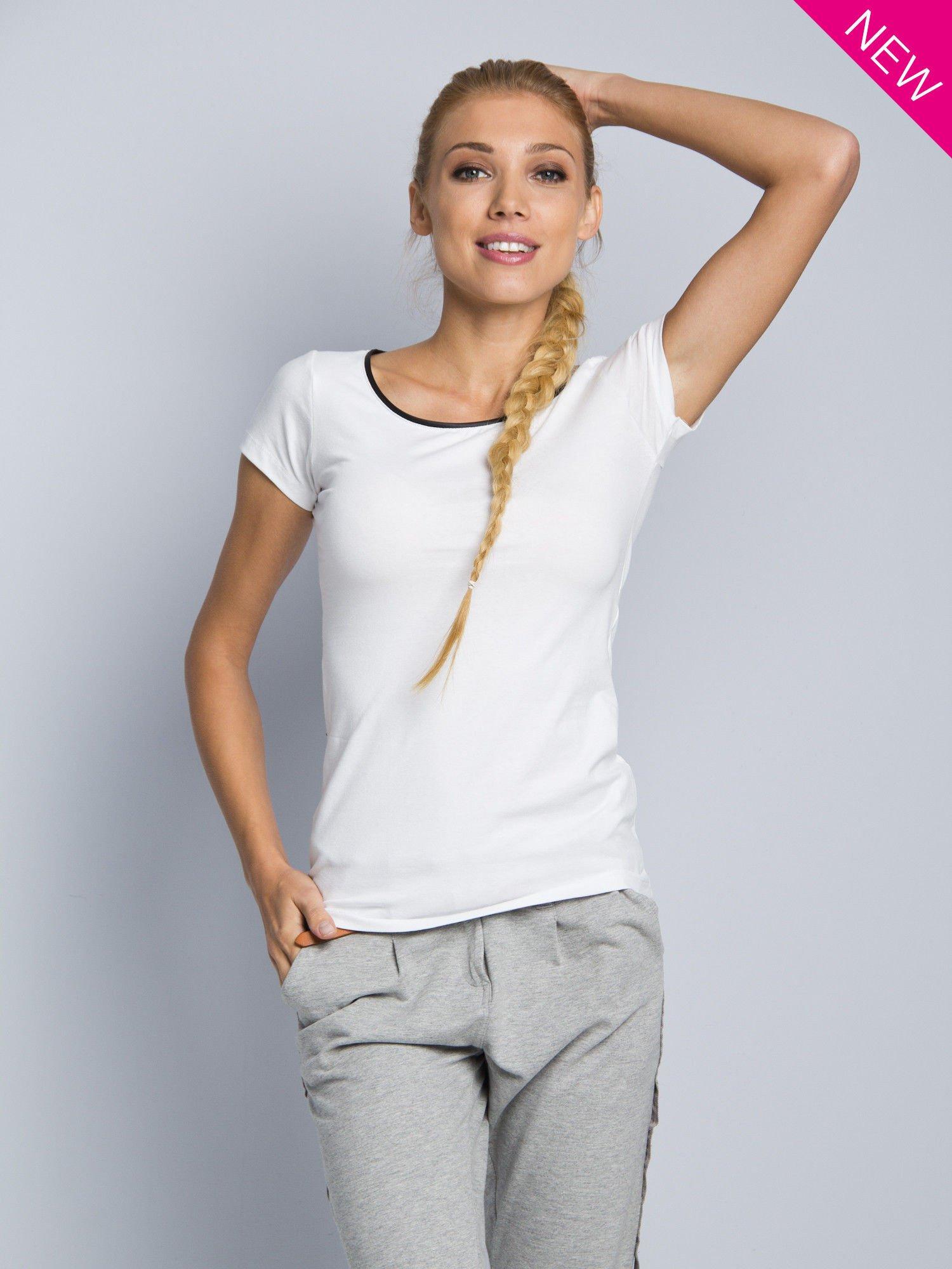 Biały t-shirt z czarną lamówką przy dekolcie                                  zdj.                                  1